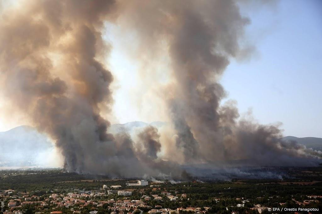 Duizenden op de vlucht voor brand die oprukt naar Athene