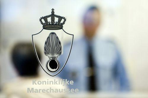 Man grijpt naar vuurwapen van Marechaussee op Schiphol
