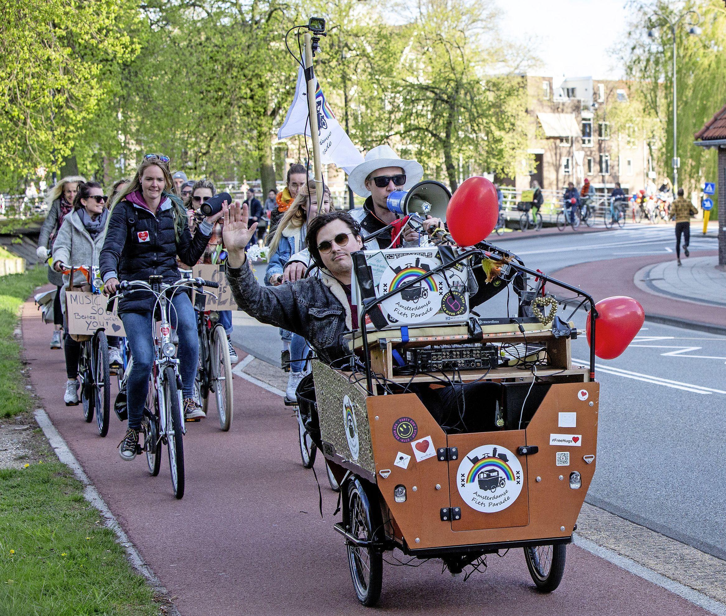 Fietsrave trekt door Haarlem om aandacht te vragen voor de mentale gezondheid van jongeren in coronatijd. In stilte, want muziek is verboden: 'Wat mag er eigenlijk nog wel?'
