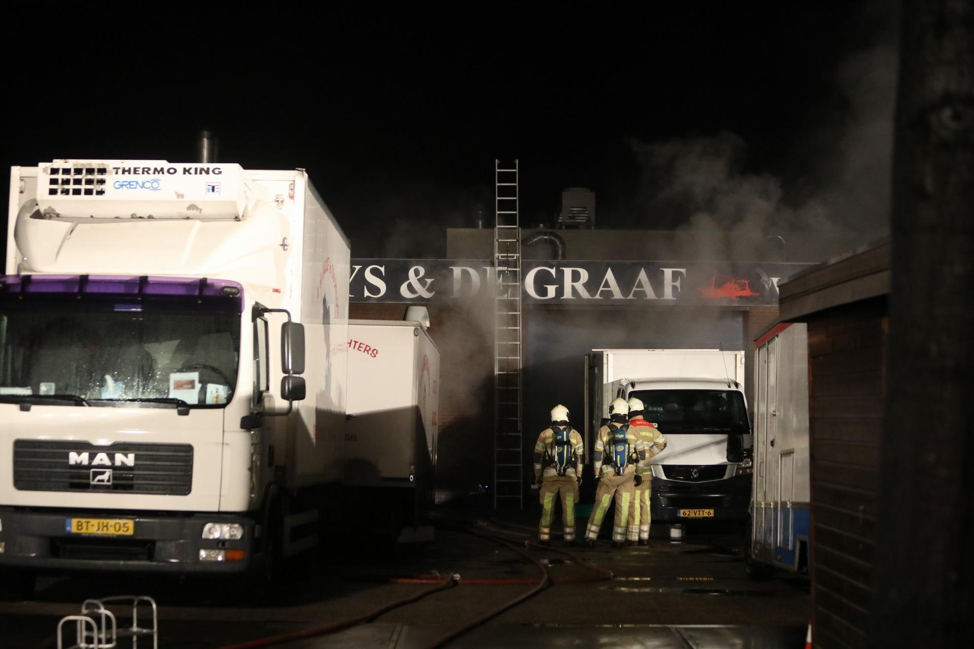 Brand veroorzaakt aanzienlijke schade aan bakwagens vishandel in Bunschoten-Spakenburg