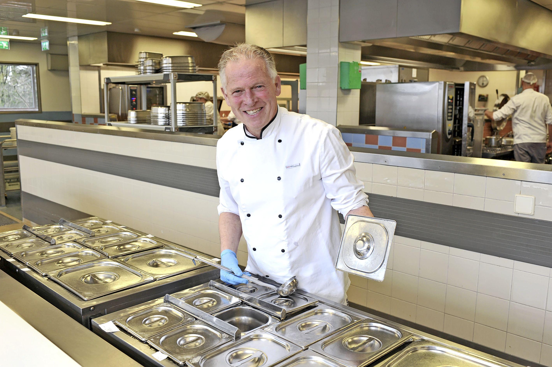 Chef-kok Marcel Schumacher neemt afscheid van het Rode Kruis Ziekenhuis; Duizend gebakjes en een enorme pan snert