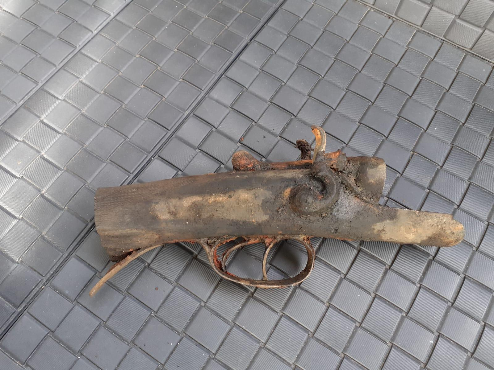 Magneetvisser Bins slaat weer toe en vist deel vuurwapen uit water Katwijk