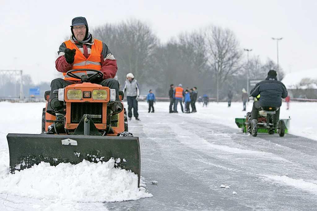 'Voor het weekeinde open', verwachten meeste ijsbanen in regio; Huizers balen dat baan aan Aristoteleslaan niet wordt opgespoten; Comenius College biedt schaatspret op schoolplein