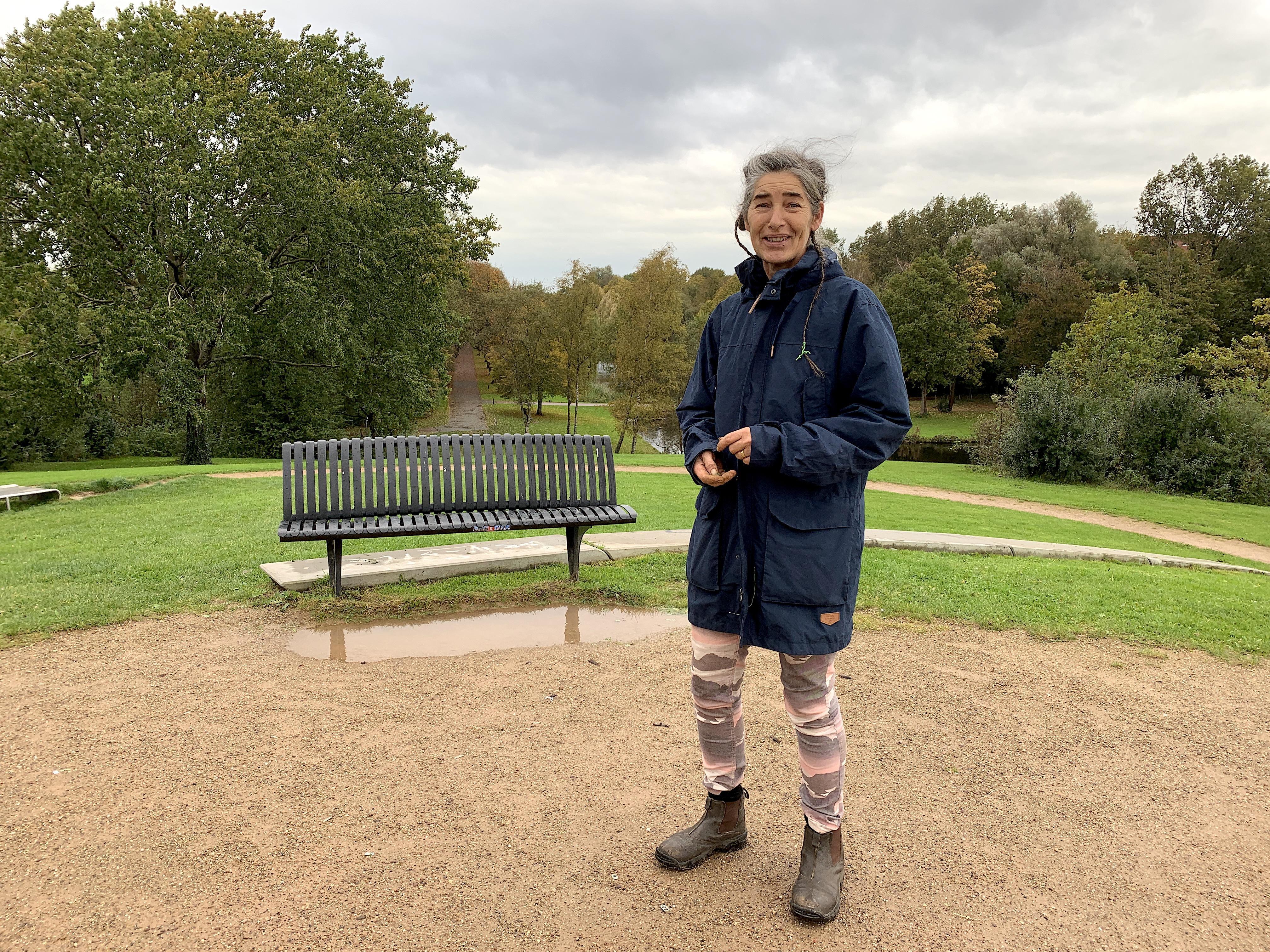 Onderweg: Alkmaarse Jannemarie Waslander (55) voelt zich verbonden met de aarde. Tegenwoordig ruimt de oud-hovenier het zwerfafval op, verspreidt ze plantenzaadjes en doet ze groene projecten op vrijwillige basis.