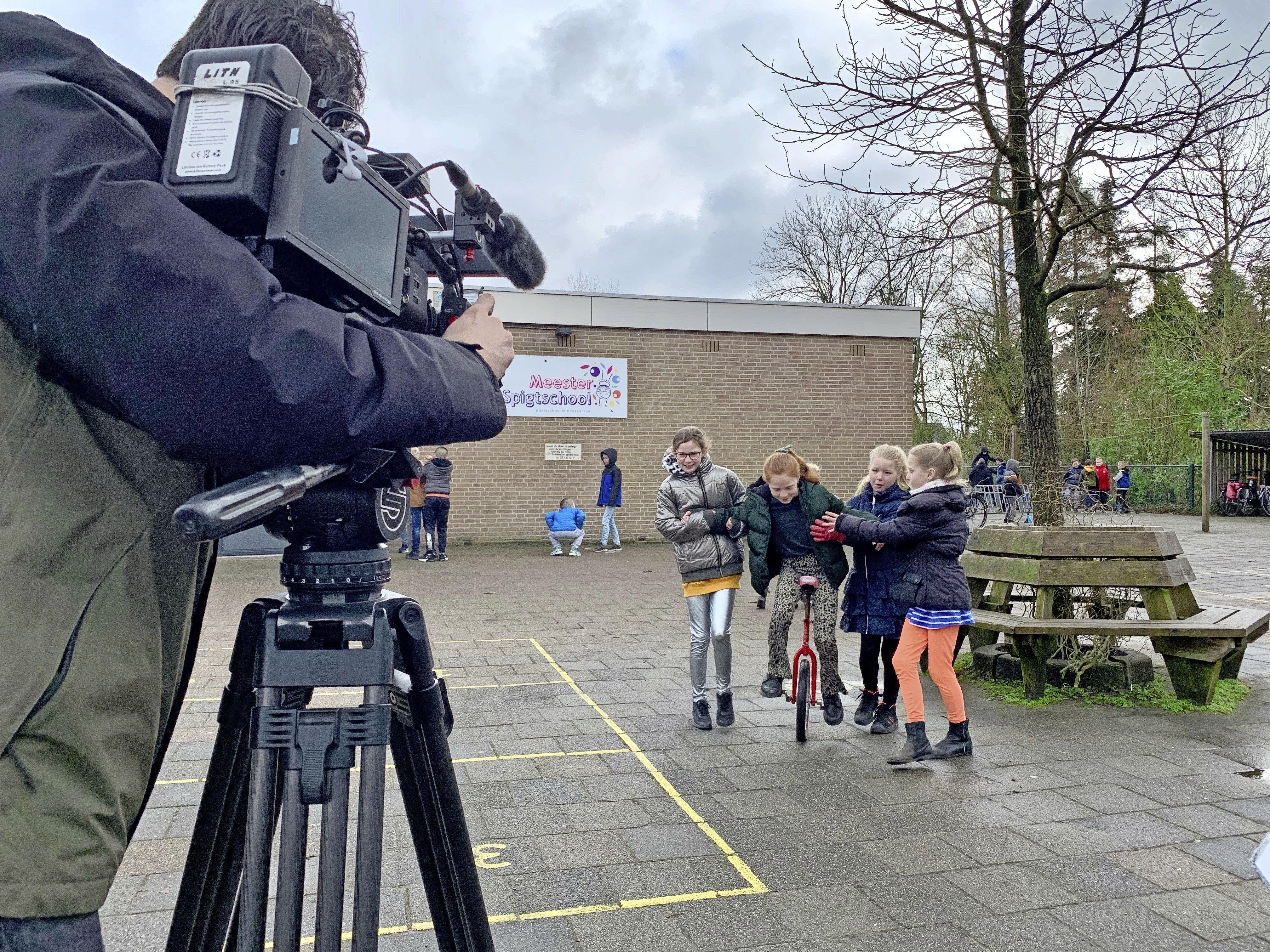 Op een monofietsje de zwaartekracht trotseren; op de Meester Spigtschool in Hoogkarspel houden ze wel van de camera