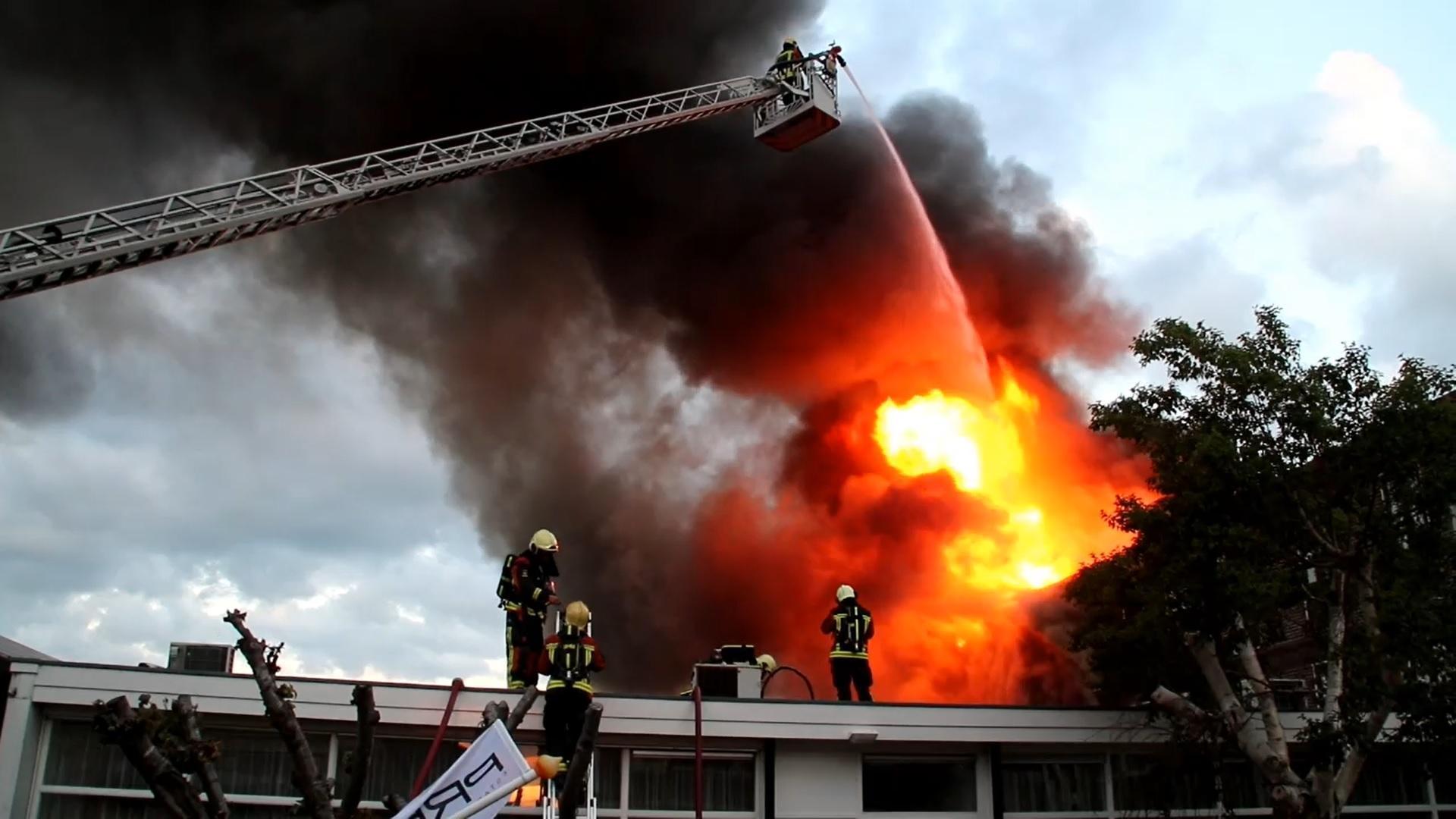 Grote brand in bollenloods in Voorhout; rook in richting van Lisserbroek [video]