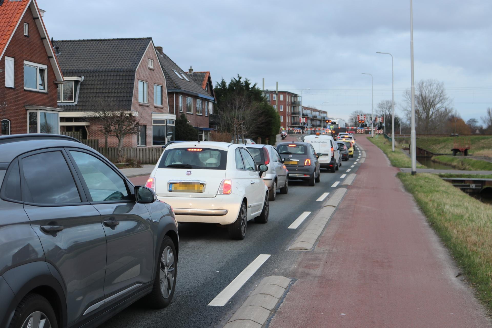Storing bij de spoorwegovergang op de Beeklaan in Hillegom; politie regelt verkeer