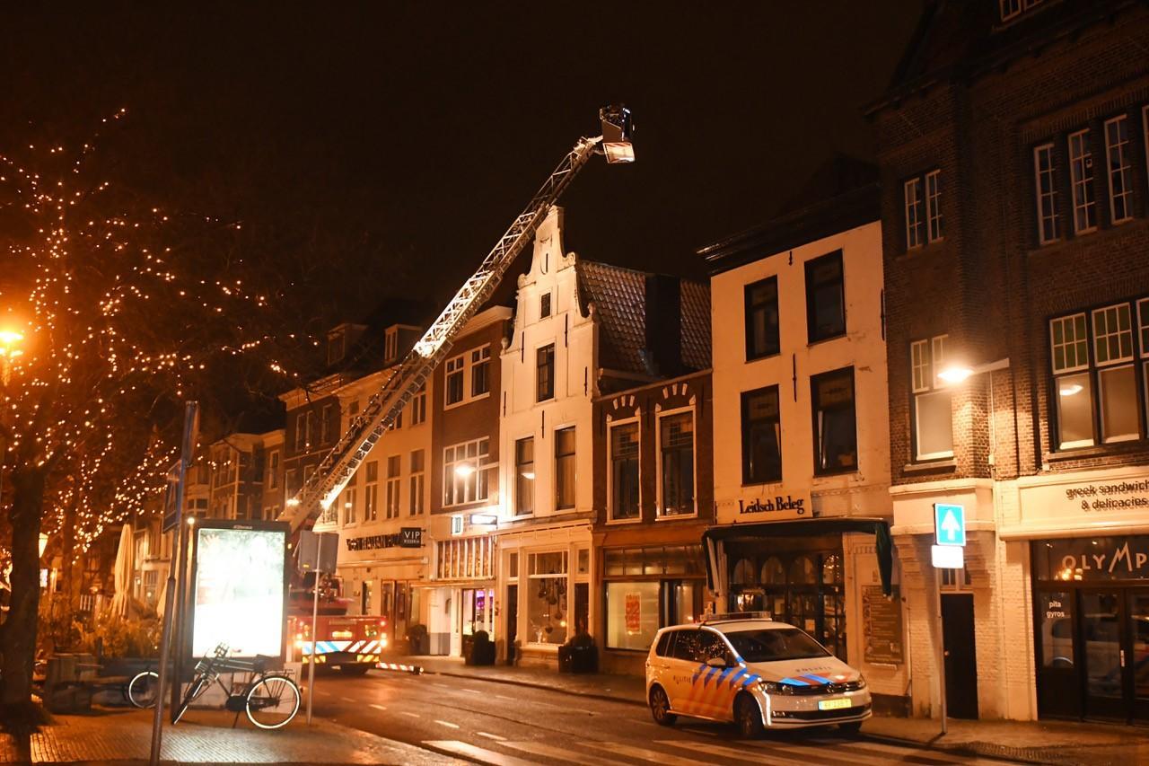 Persoon valt van dak in Leiden, waarna studenten vluchten over daken vanwege ongeoorloofd feestje