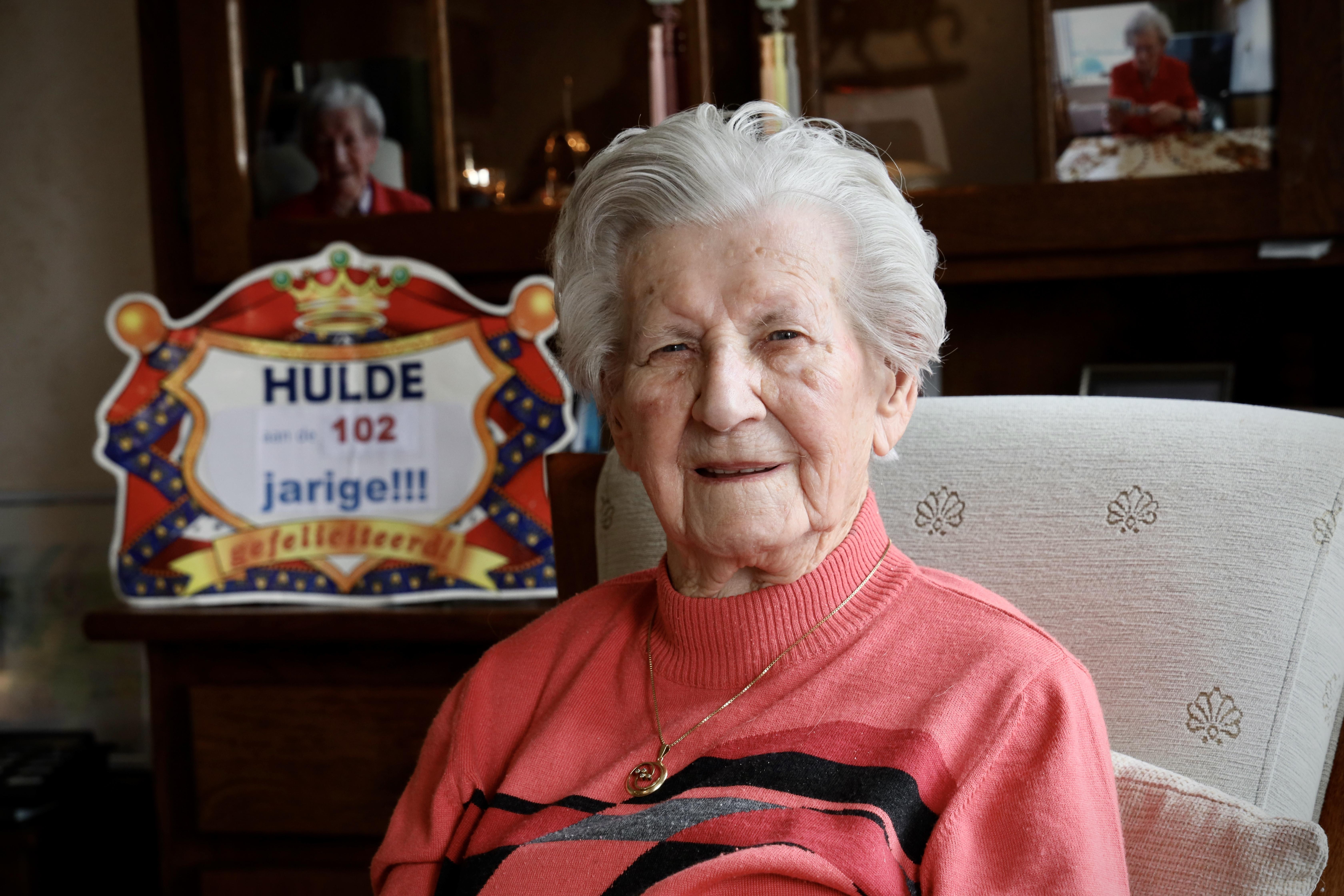 Marie Rood-Sijm (102) uit Wervershoof is volgens haar dochter Tineke het levende bewijs: 'Van werken ga je niet dood'