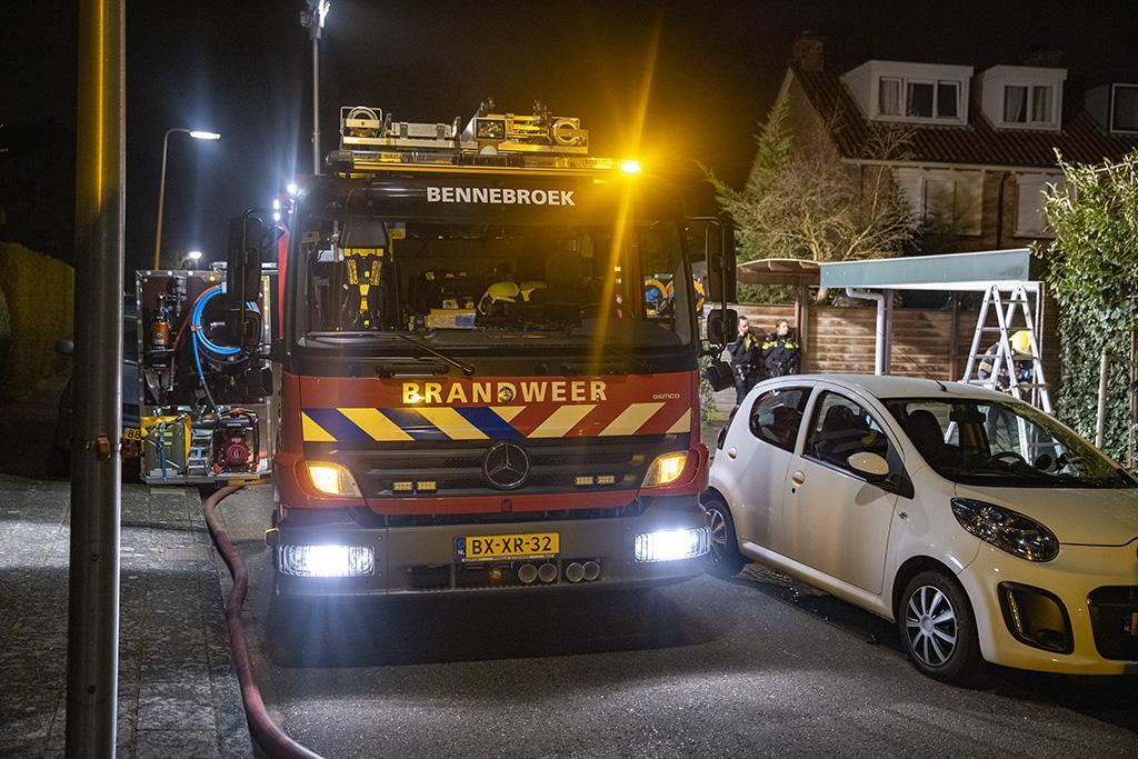 Krantenbezorger ontdekt brand in carport Bennebroek