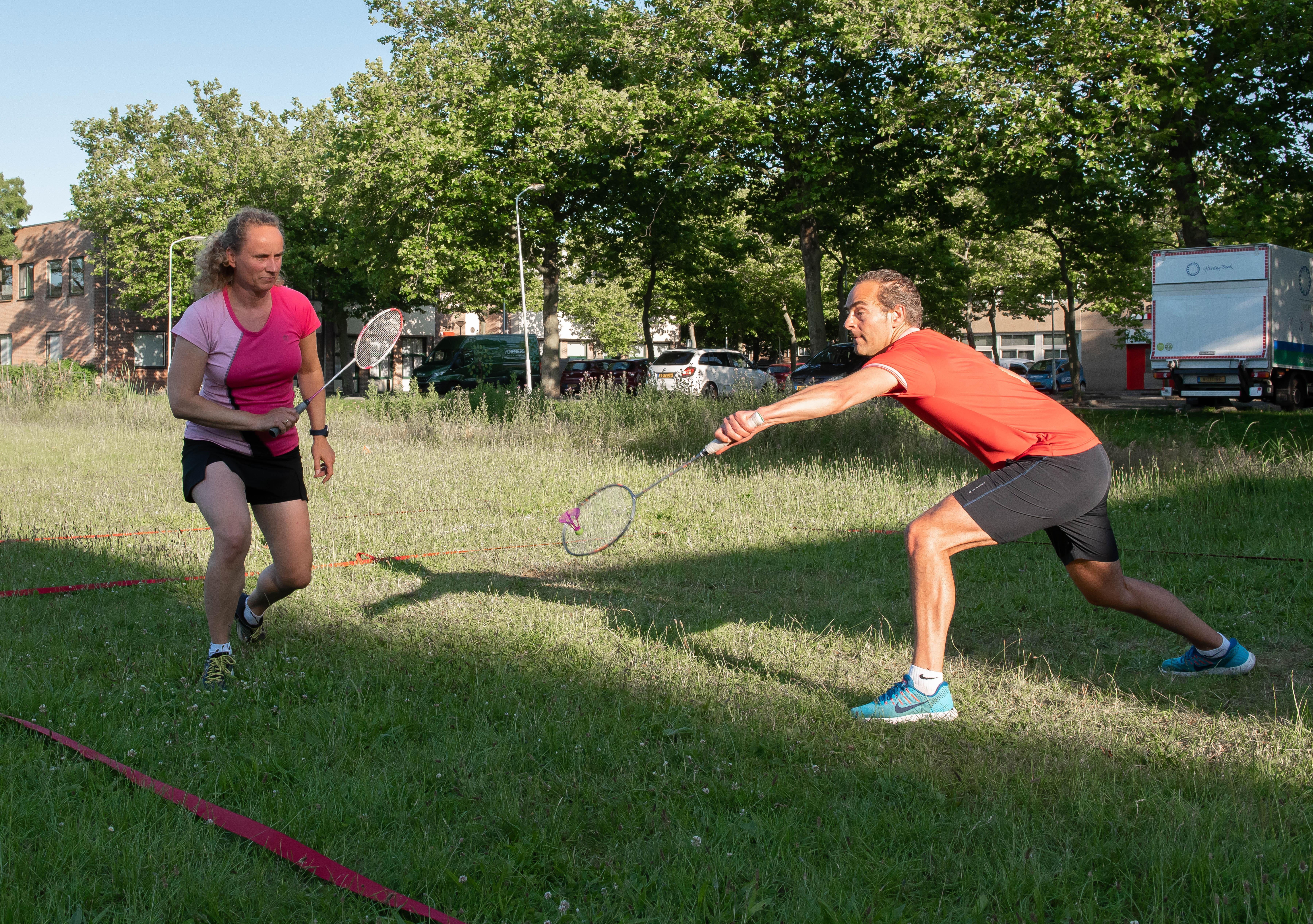 Buiten sporten (nu het nog kan): met airbadminton kun je echt leuke rally's spelen, maar het moet nog steeds niet te hard waaien