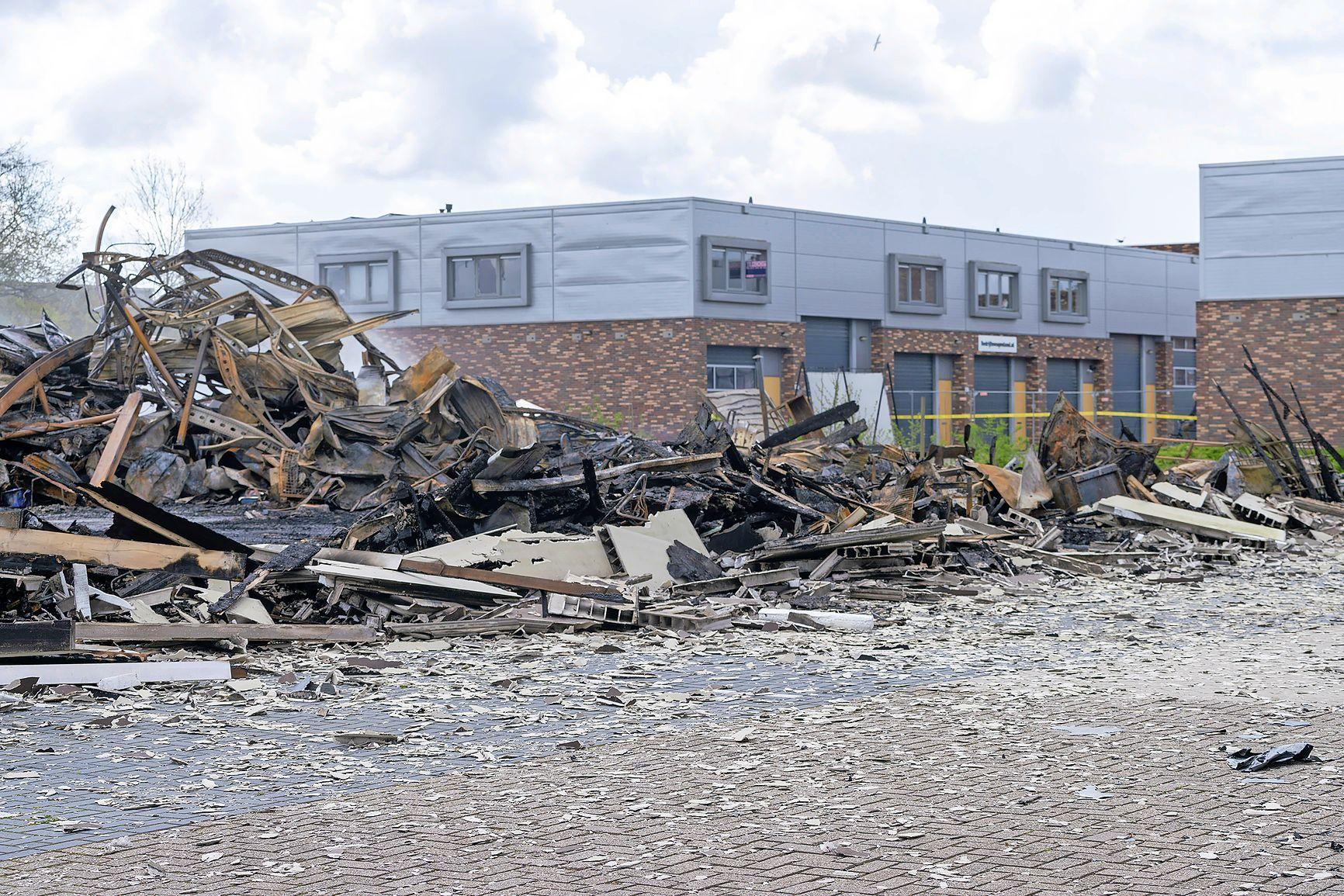 Opruimactie in omgeving brandpanden nog niet voltooid. Bouwmarkt Karwei in Broek op Langedijk blijft dicht