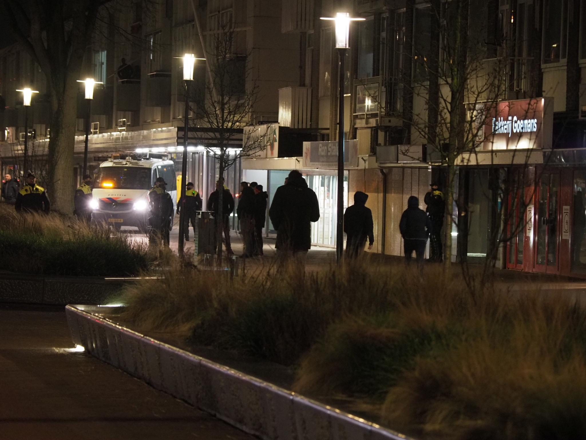 Bewoners en beveiligers helpen winkels Lange Nieuwstraat in IJmuiden beschermen