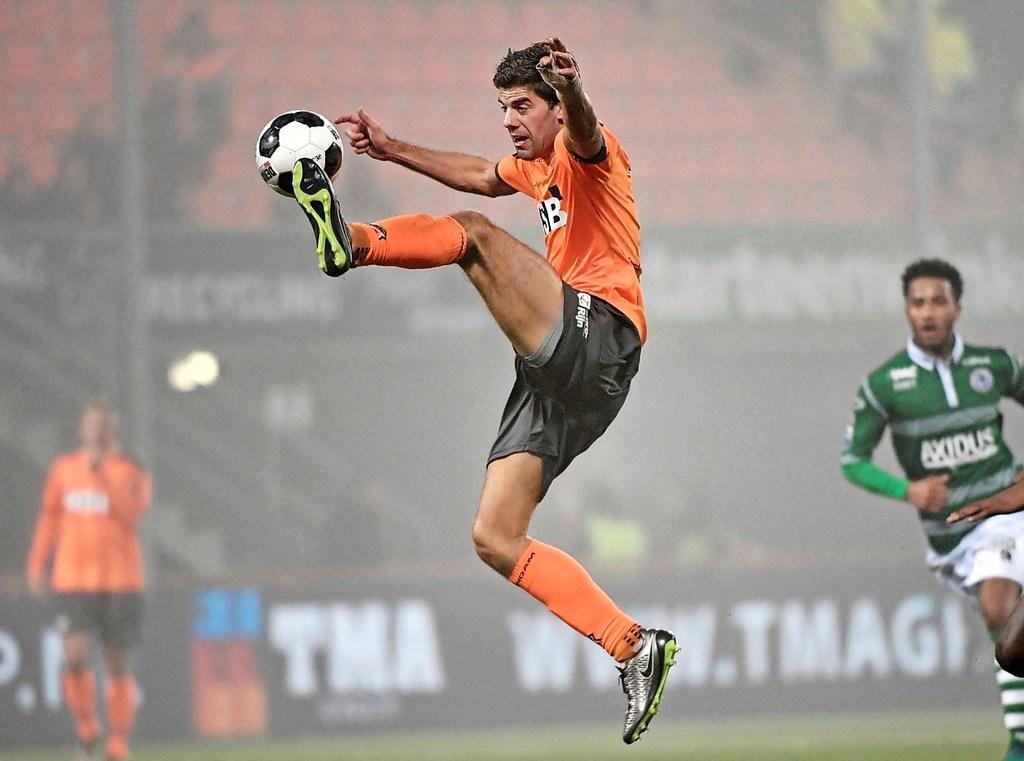 Tussen 't Hemeltje en de televisie. Kees Kwakman - nummer 42 in de Top 50 beste Volendamse voetballers - is niet vies van avontuur of een dolletje [video]