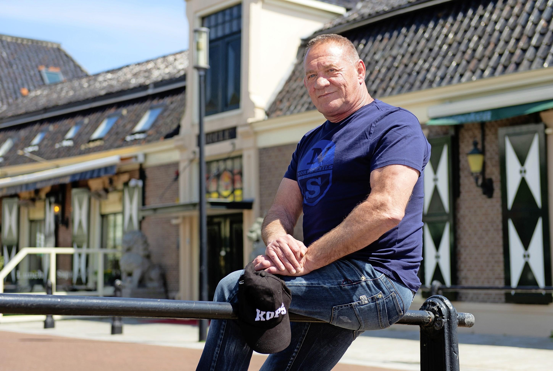 Bert Kops was een worstelaar met een rafelrandje. Portier voor Casa Rosso en bekende van topcriminelen. Nu verschijnt zijn boek