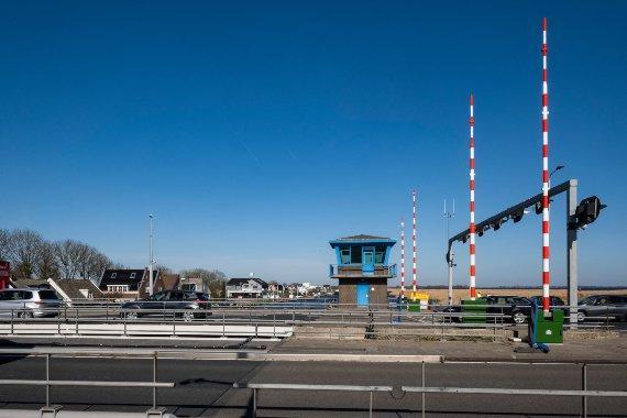 Scheepvaartverkeer gestremd bij Leimuiderbrug door defect aan slagbomen