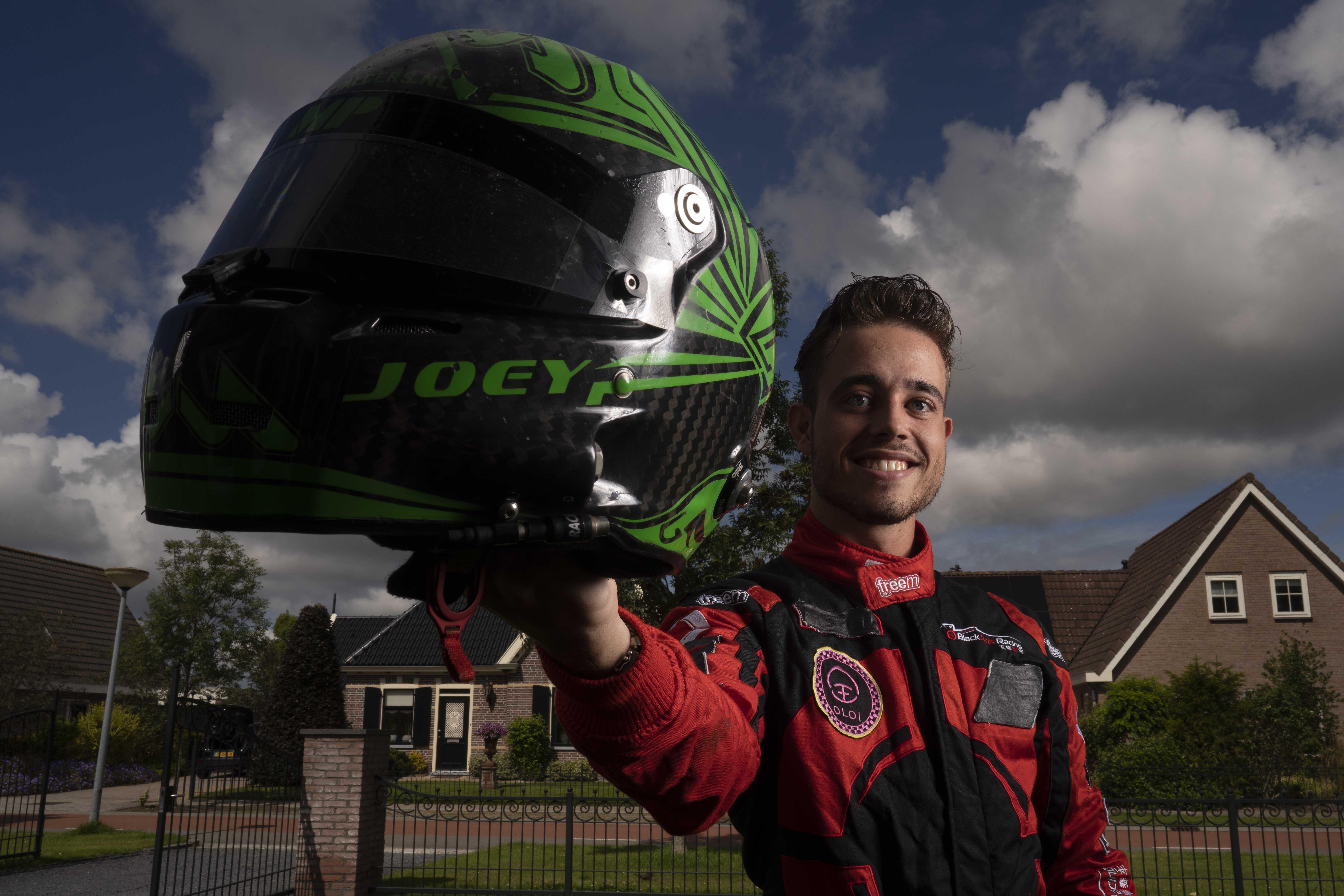 Coureur Joey Alders reed iedereen op een hoop in Azië maar de Formule 1-teams hebben nog niet gebeld. 'Formule 1-testrijders zijn verslagen door mij, een of andere pannenkoek uit Anna Paulowna'