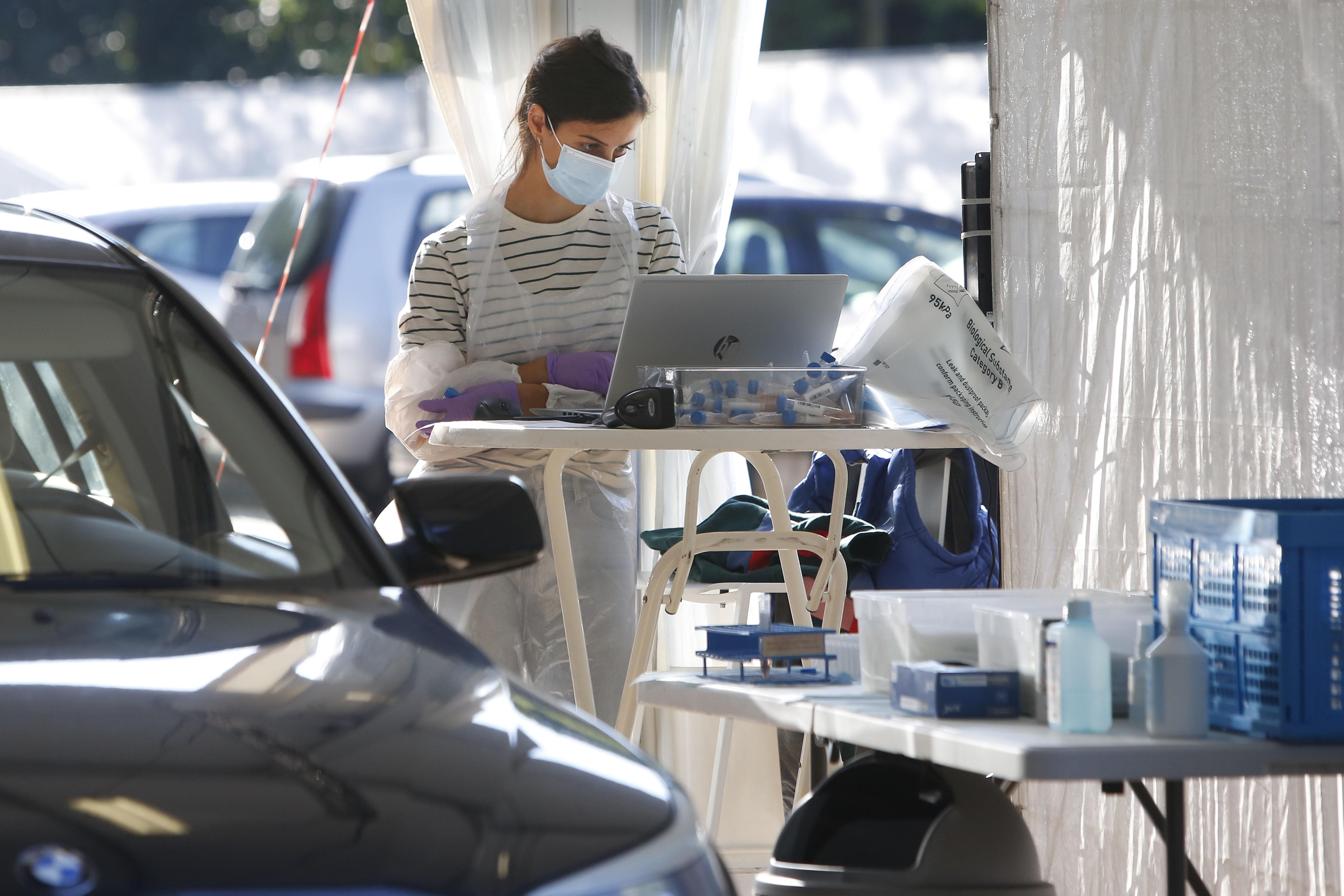 Mobiel coronatestteam gaat inwoners thuis testen in Gooi en Vechtstreek; Thuiszorg schiet GGD en huisartsen te hulp. Wachttijd voor teststraat in Bussum loopt ondertussen op tot 72 uur