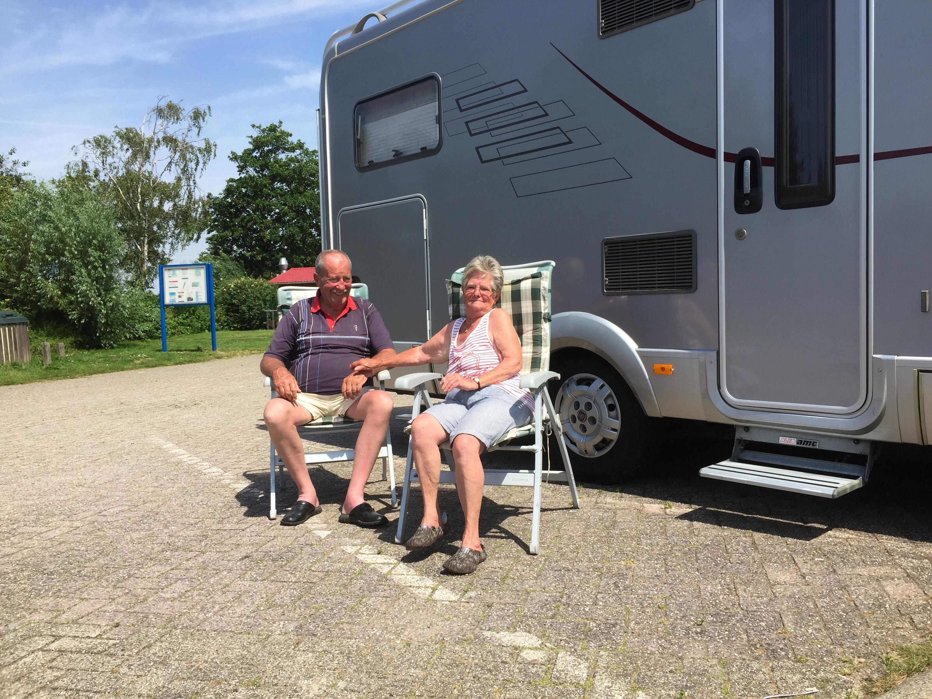 Onderweg: Ad en Wil van der Staay wonen in hun luxe camper. Nu er lichamelijke gebreken opspelen is het de vraag hoe lang ze het vrije leven nog kunnen volhouden