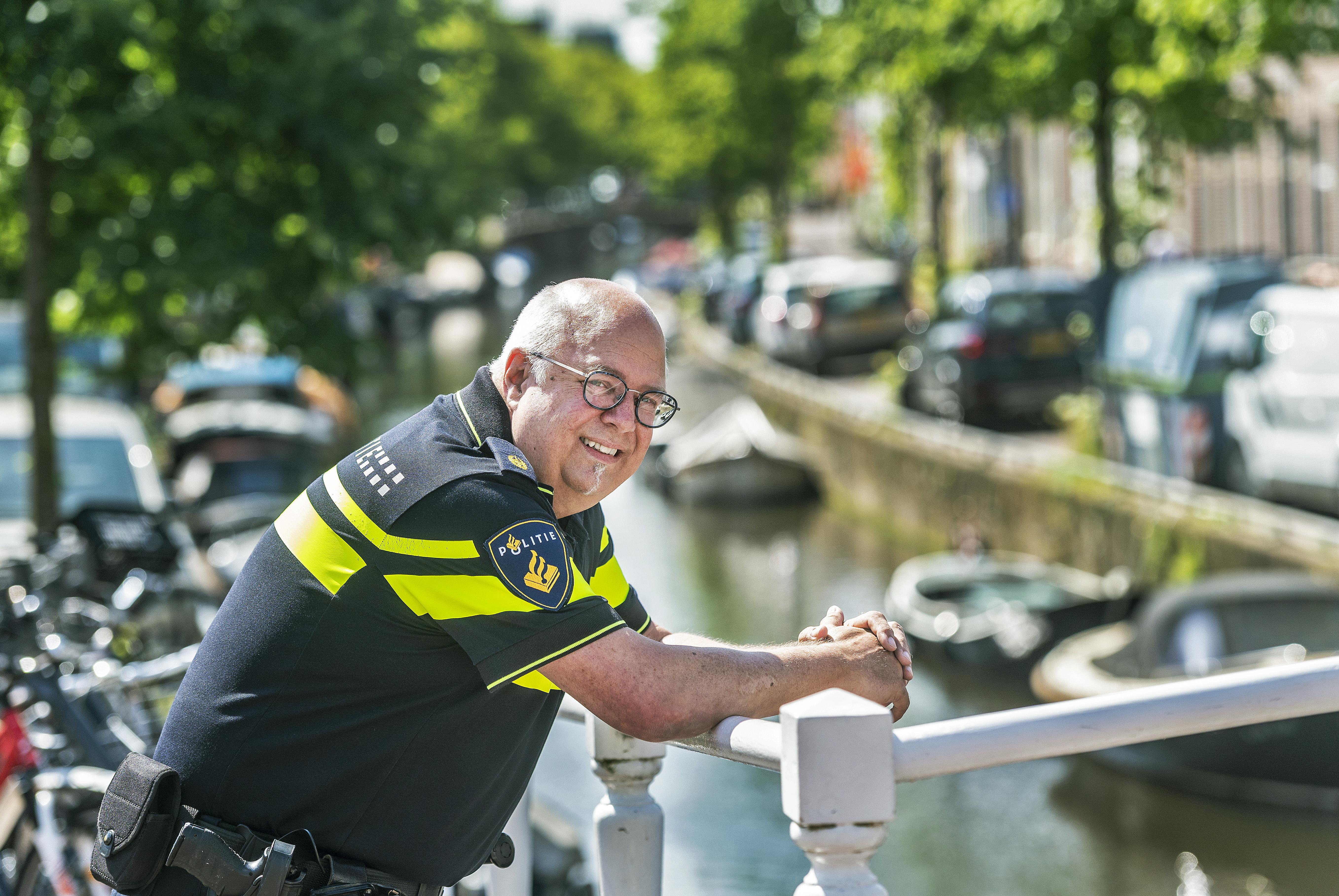 Wijkagent Frits de Vries neemt na 42 jaar afscheid van Haarlemse politie. 'Ik kom uit een tijd dat je dingen creatief kon oplossen als politieman. Mensen direct helpen. Dat mis ik nu'