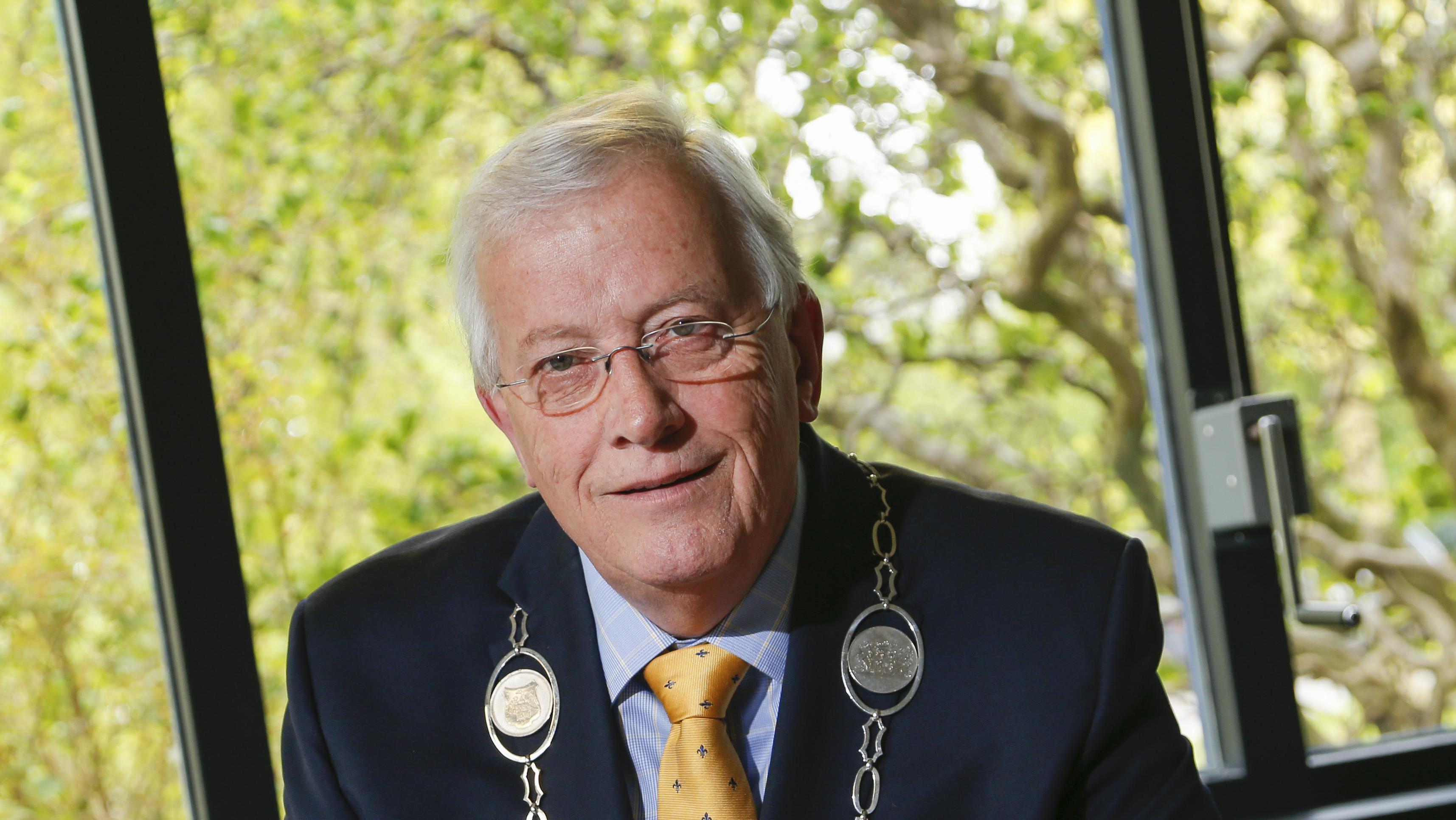 Burgemeester van Opmeer hekelt politiek gebruik Facebook. 'Facebook noem ik viesboek'