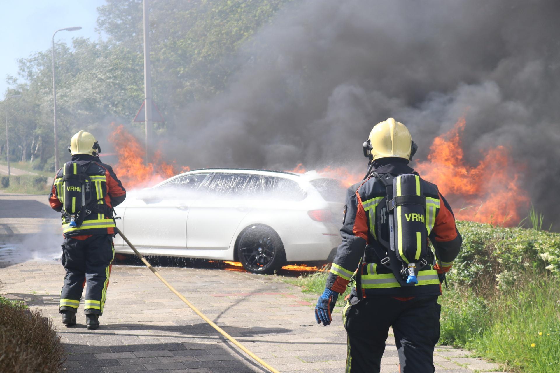 Auto met daarin vader en twee kleine kinderen vliegt tijdens rijden in brand in Noordwijkerhout [video]