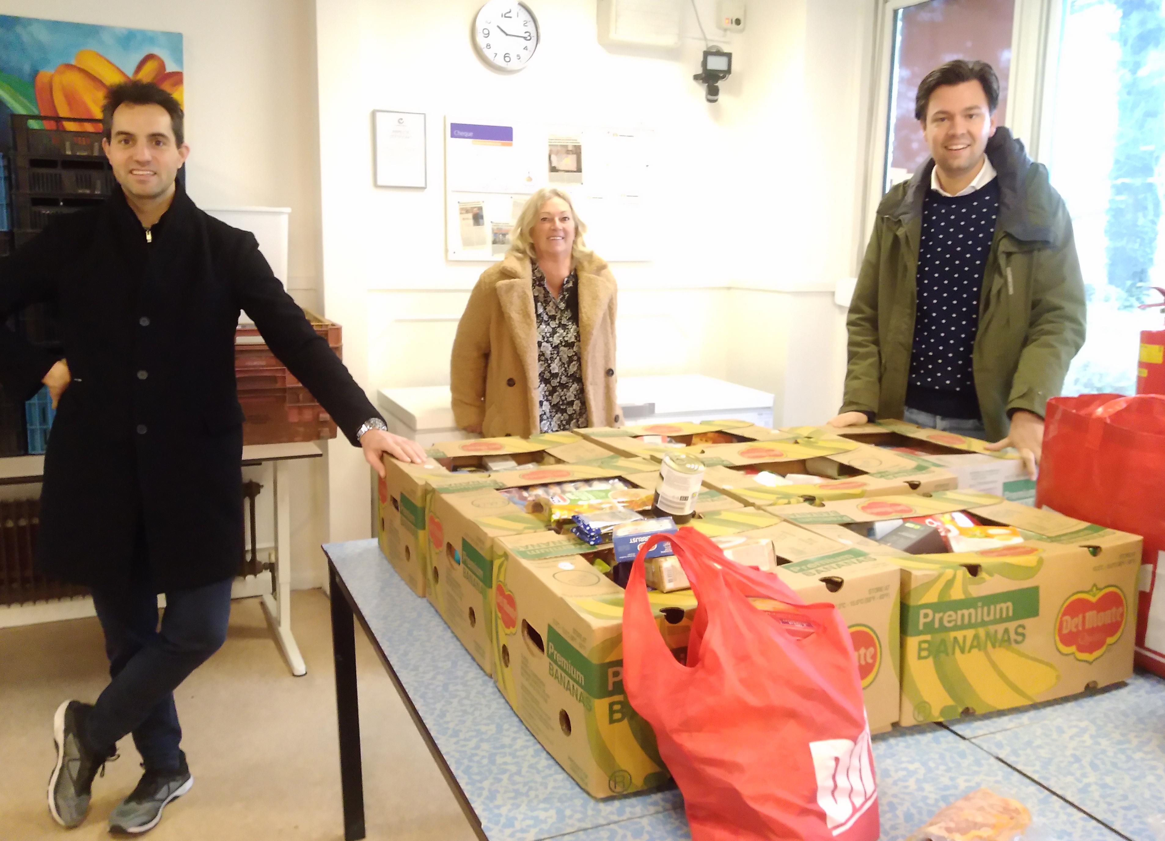CDA levert dozen vol eten af bij de Voedselbank