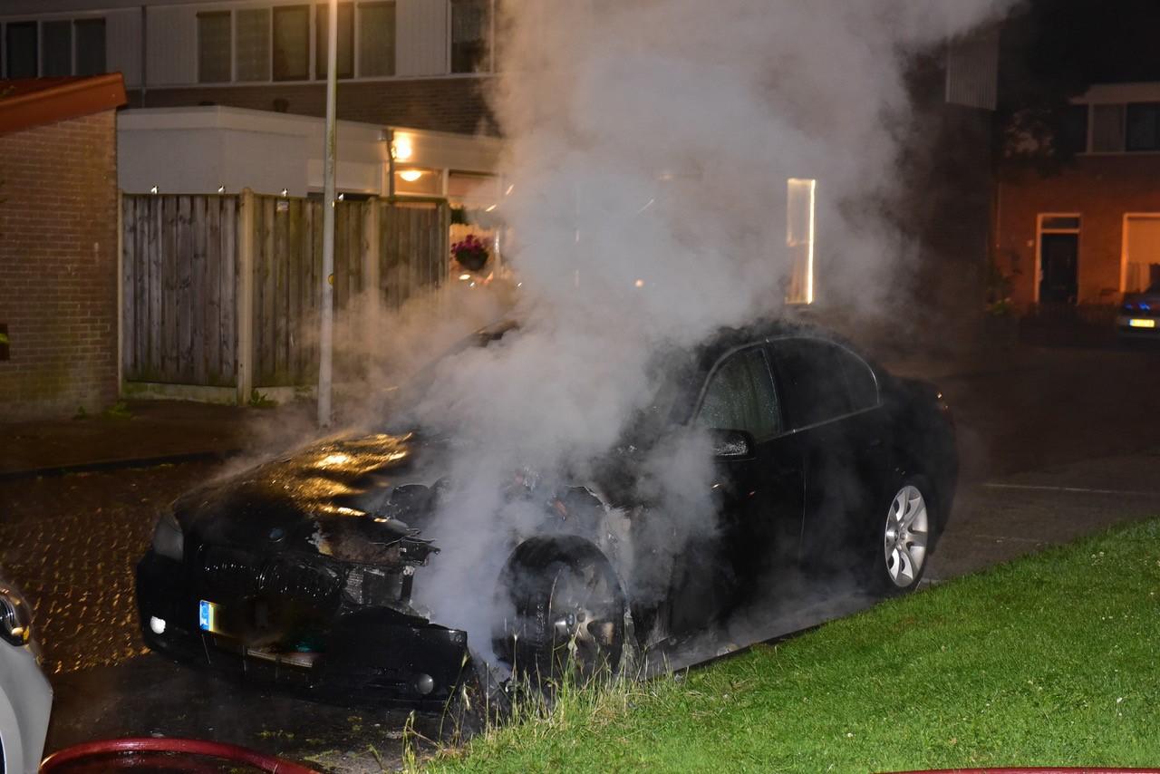 Auto uitgebrand in Leiden, mogelijk sprake van brandstichting