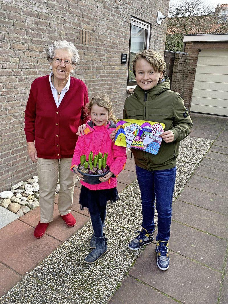 'Zo nu en dan tranen met tuiten' maar vooral blije gezichten: Rotaryclub verrast vierhonderd ouderen in Blaricum en Laren met 'paas-goodiebag'