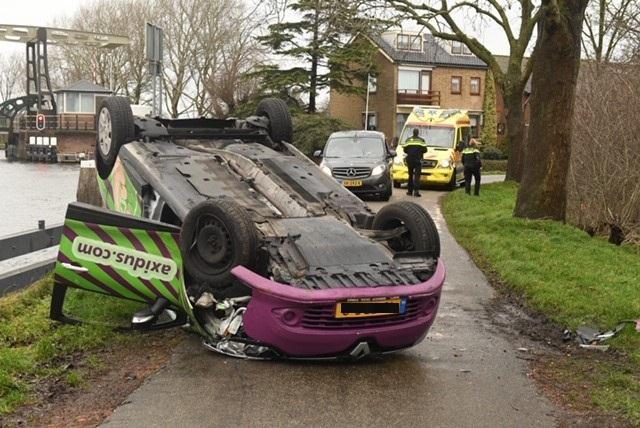 Auto slaat over de kop in Nieuwveen, bestuurder aangehouden