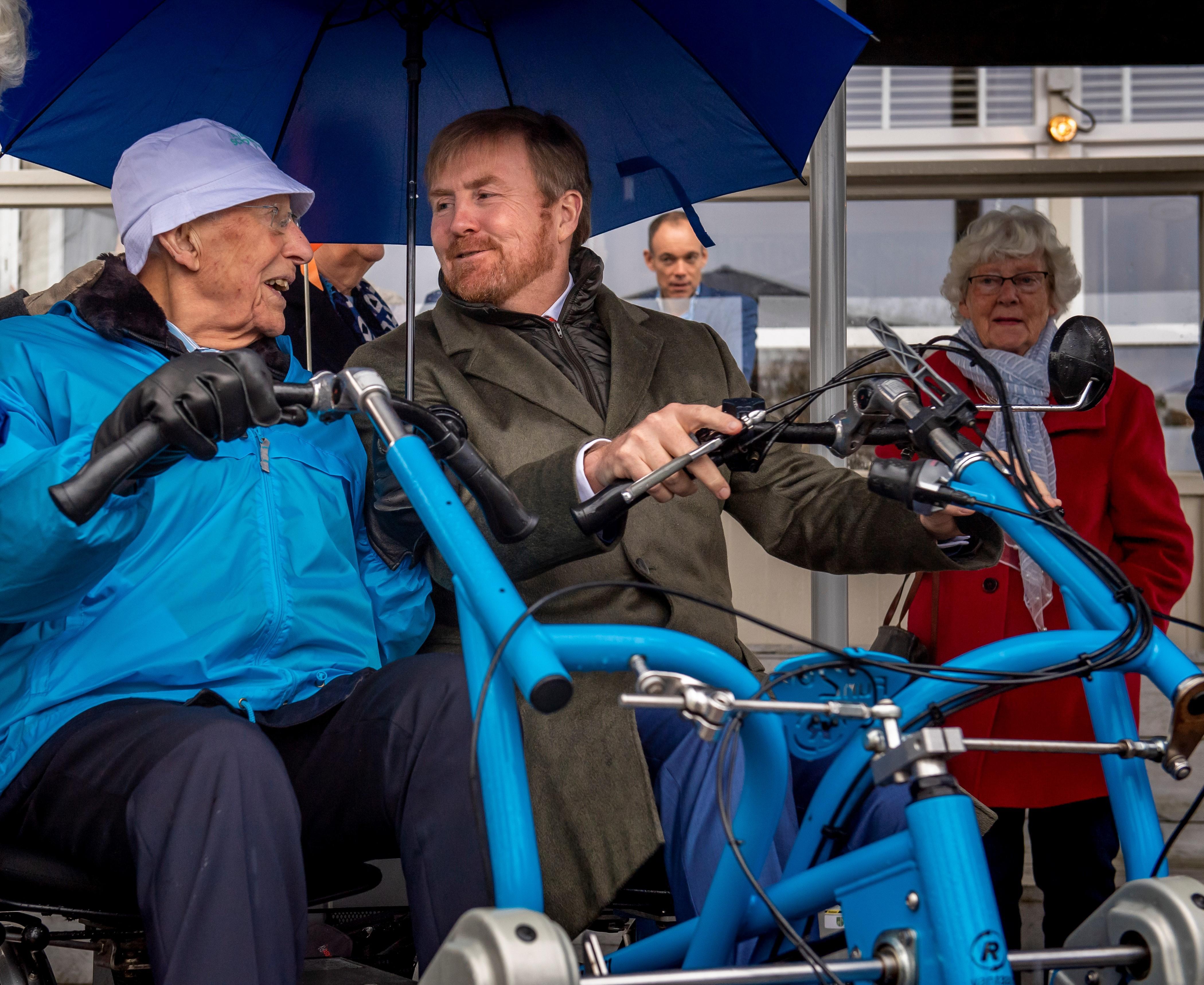 Koning op verrassingsbezoek bij Stichting Fietsmaatjes in Warmond