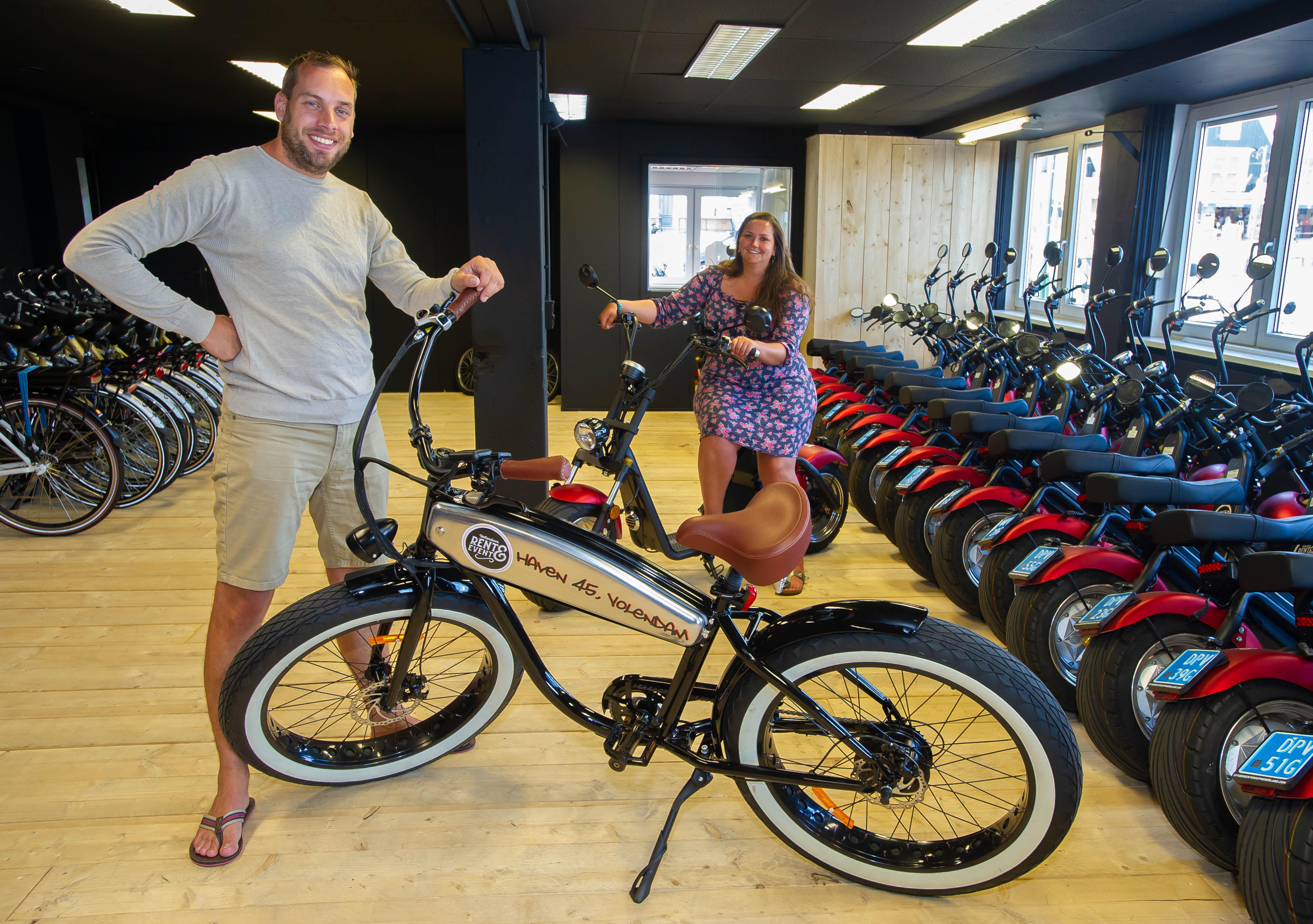 Rent & Event in Volendam ziet lucratieve deals in rook opgaan, maar helpt ondernemers in wijde omtrek met gratis scooters en roept op: 'Bezoek normale winkels en vier vakantie in eigen land'