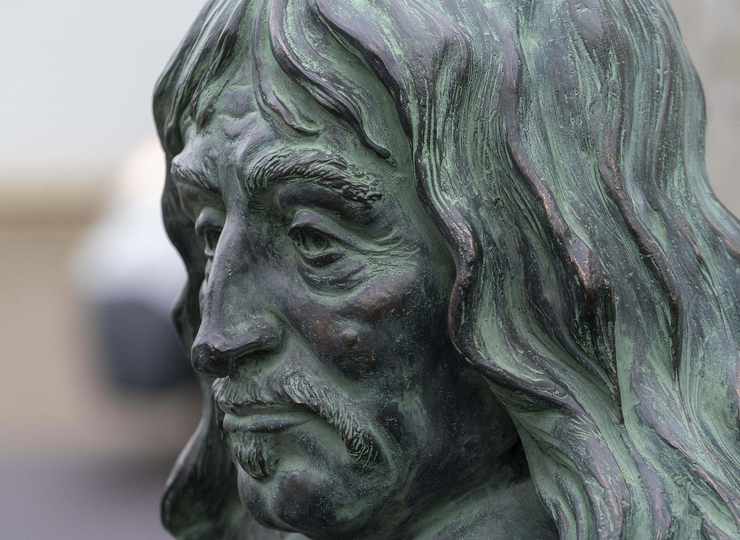 Was het zijn geheime liefde die Descartes naar Egmond bracht? De wereldberoemde filosoof is eeuwen later terug, in brons. En hij staat weer naast Helena