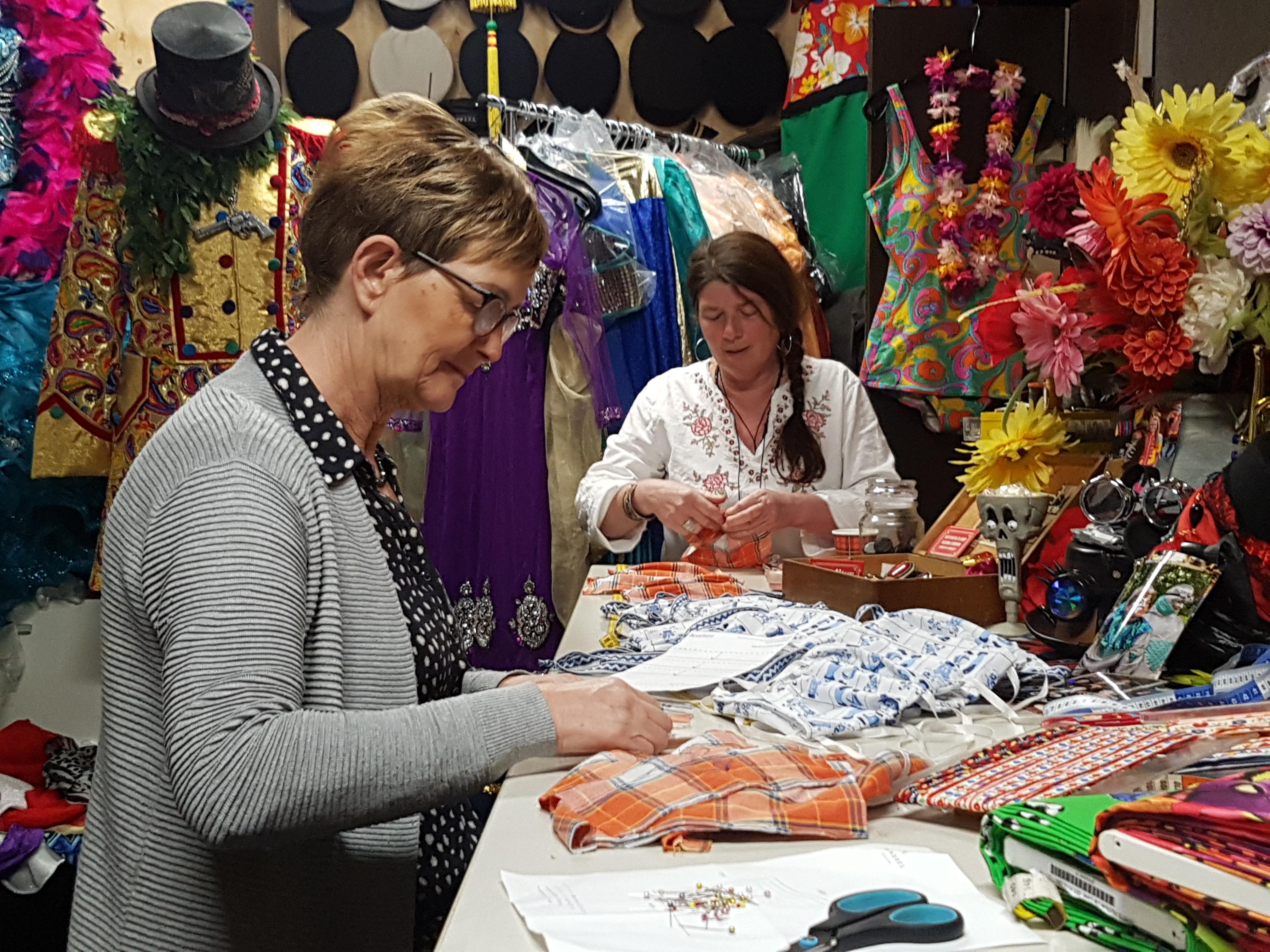 Conny maakt in Wognum mondkapjes tussen de verkleedkleren; 'Ik wil belangeloos wat doen voor hulpverleners'