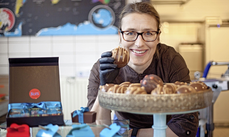 Chocolademaker Manoeska is een scheikundige in een laboratorium voor zoetigheid. 'Het moment dat de bonbons glanzend uit de vorm komen, vind ik echt wel een geluksmomentje'