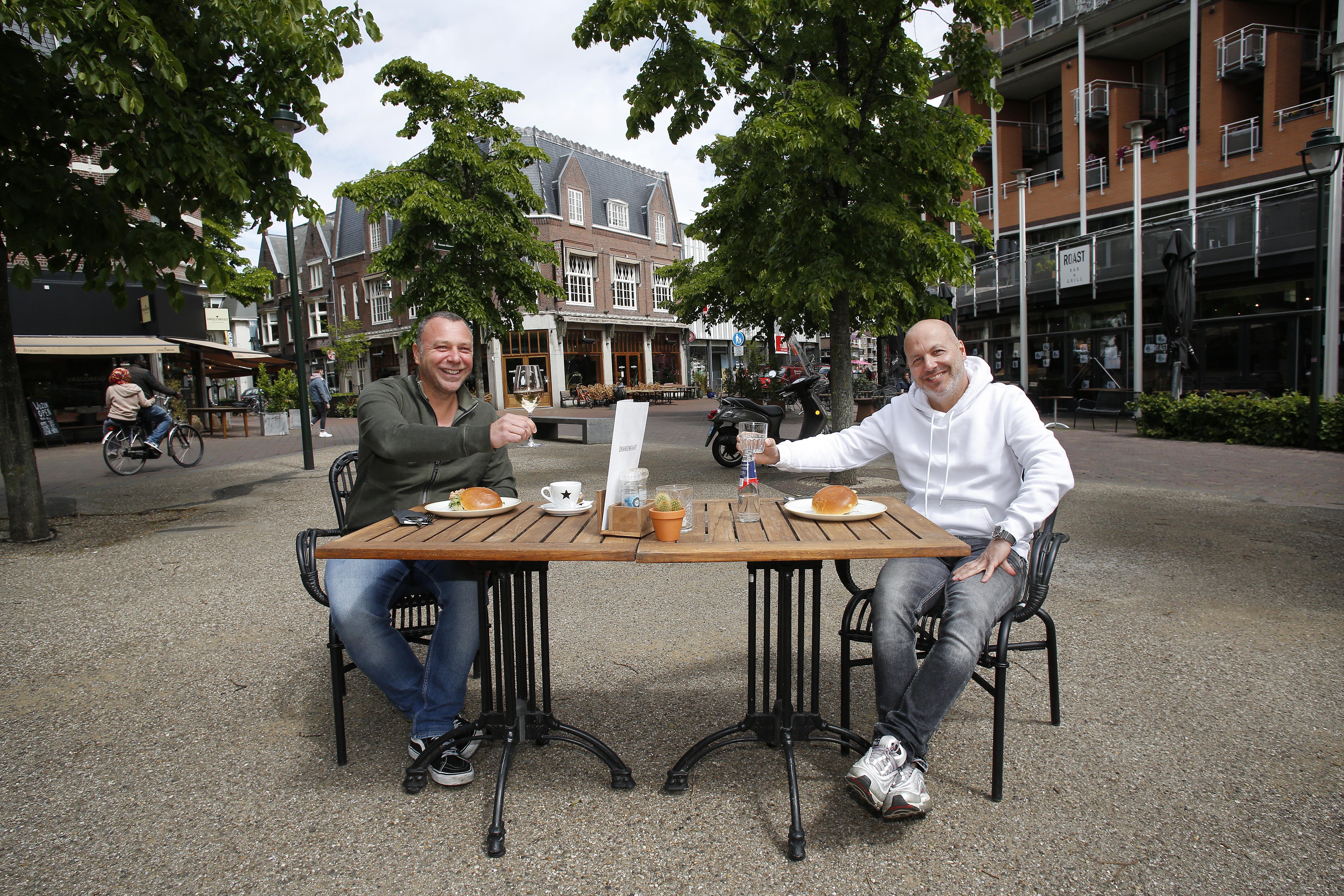 De Kerkbrink Hilversum wordt een groot terras. Horecaondernemers serveren gezamenlijk op het plein. Groest mogelijk fietsvrij