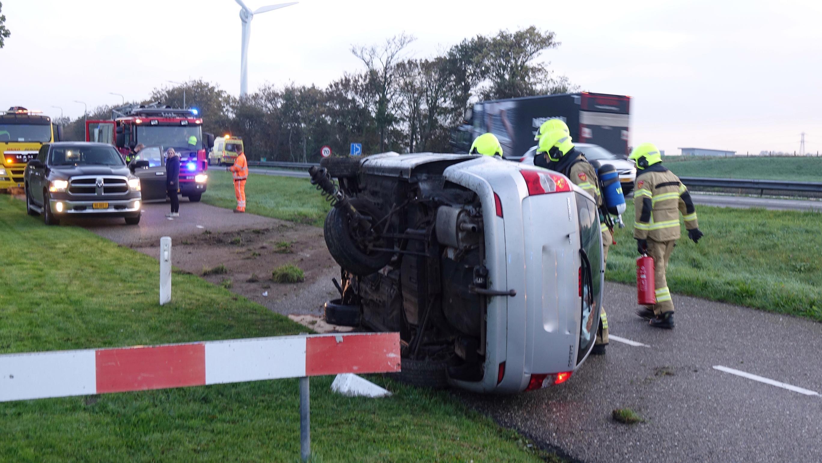 Auto vliegt over de kop op N9 bij Julianadorp, bestuurder gewond