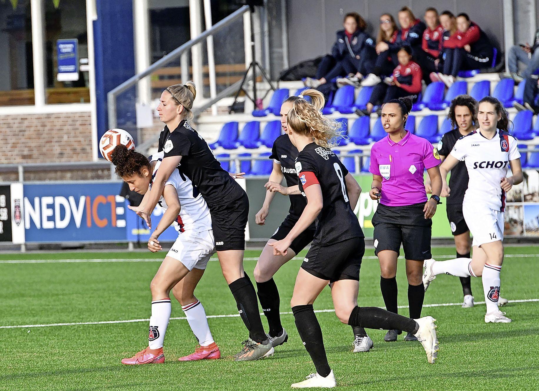 Het kan voor voetbalsters VV Alkmaar ook nooit eens normaal. Zes doelpunten in de laatste dertig minuten tegen Heerenveen