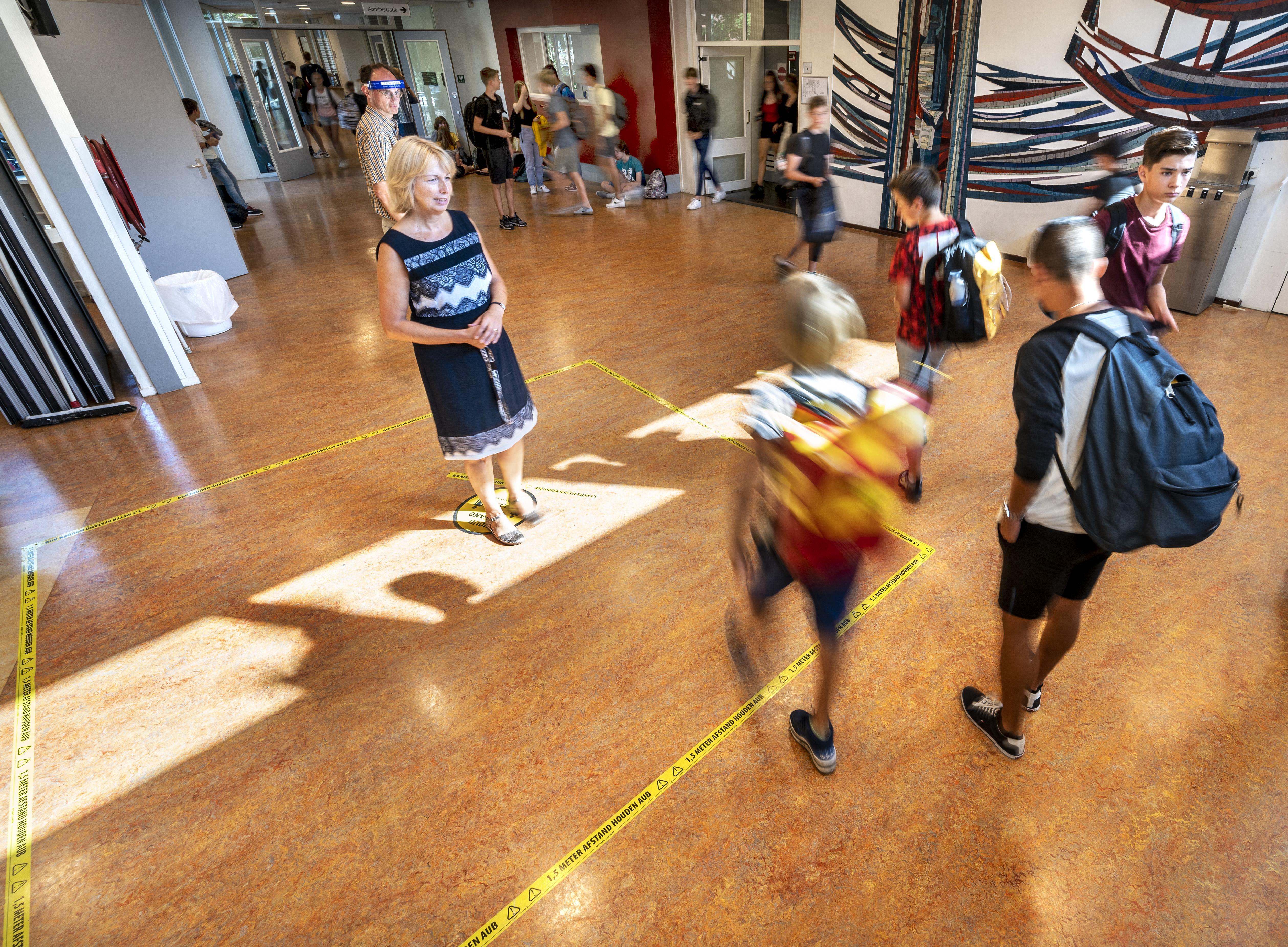 Mondkapjes op school prima, minder animo om leerlingen op te hokken tijdens de pauze: 'Probeer pubers maar eens drie uur in een lokaal te houden'