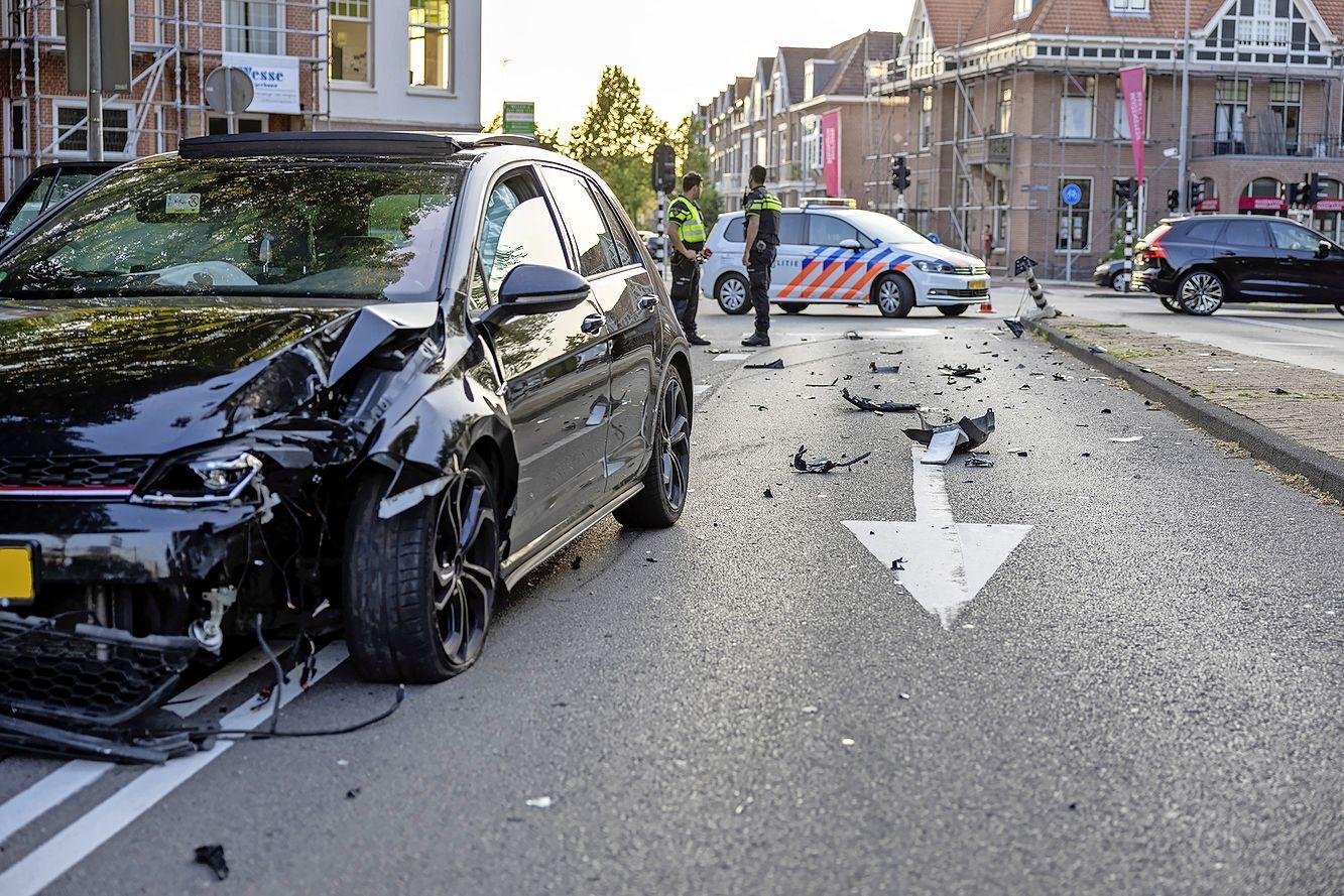 Auto rijdt verkeerslicht plat in Haarlem. Gevluchte inzittenden mogelijk al opgepakt