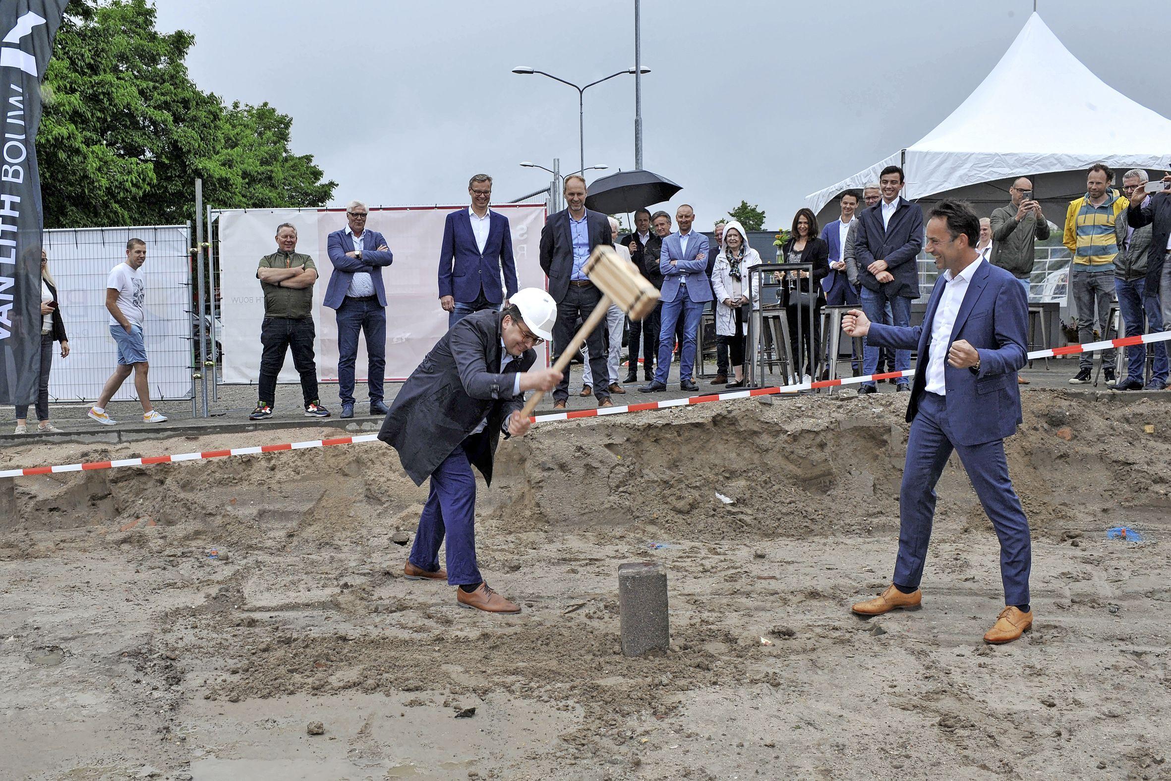 Bijna vijftig nieuwe woningen voor starters en doorstromers. Bouw aan Jan de Windstraat in Beverwijk officieel gestart. 'Het is heel compact, maar alles zit erin'