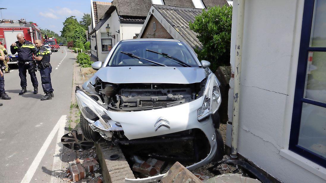 Auto raakt van de weg in Berkhout en ramt woning; bestuurder naar ziekenhuis