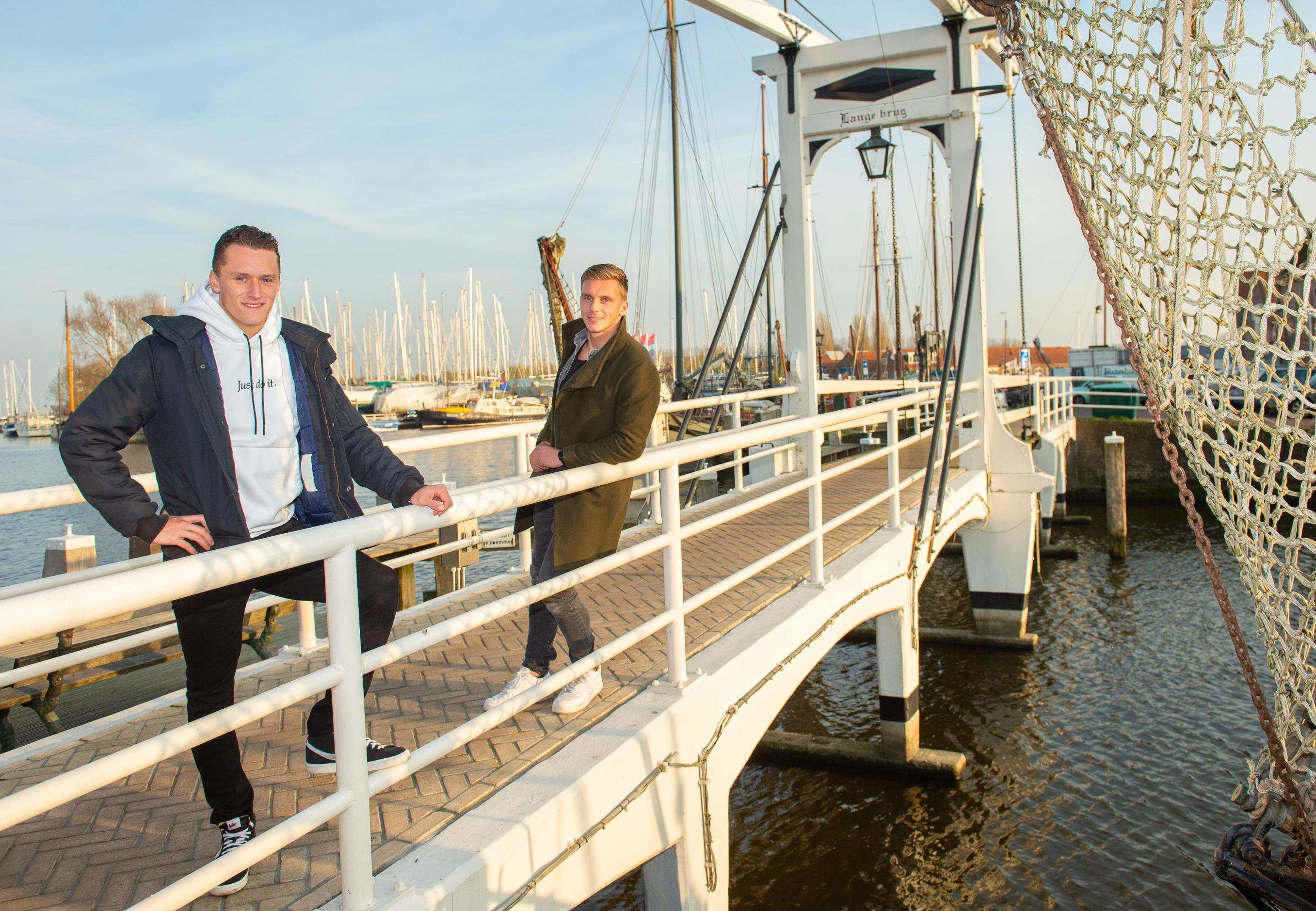 Normaal vrienden, maar nu tegenover elkaar. Martijn Kaars en Damon Mirani tegenstanders tijdens FC Volendam-Almere City