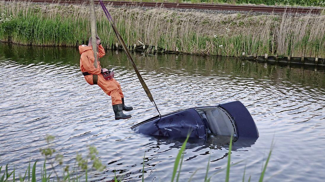 Auto belandt in water in Midwoud; ambulance komt paar honderd meter verderop vast te zitten