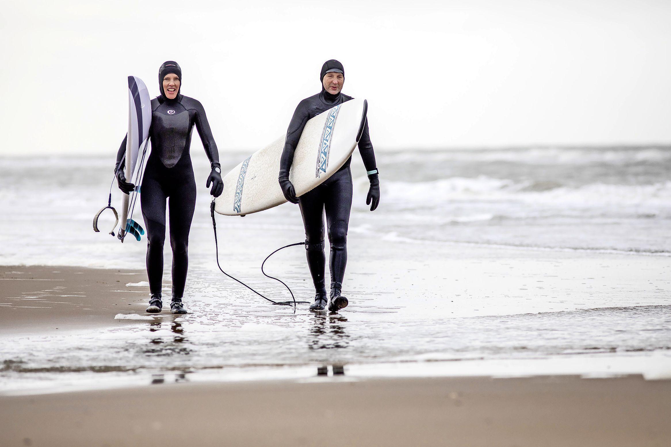 Golfsurfen in de koude Noordzee: 'Het is net vakantie, maar dan lekker dichtbij huis'