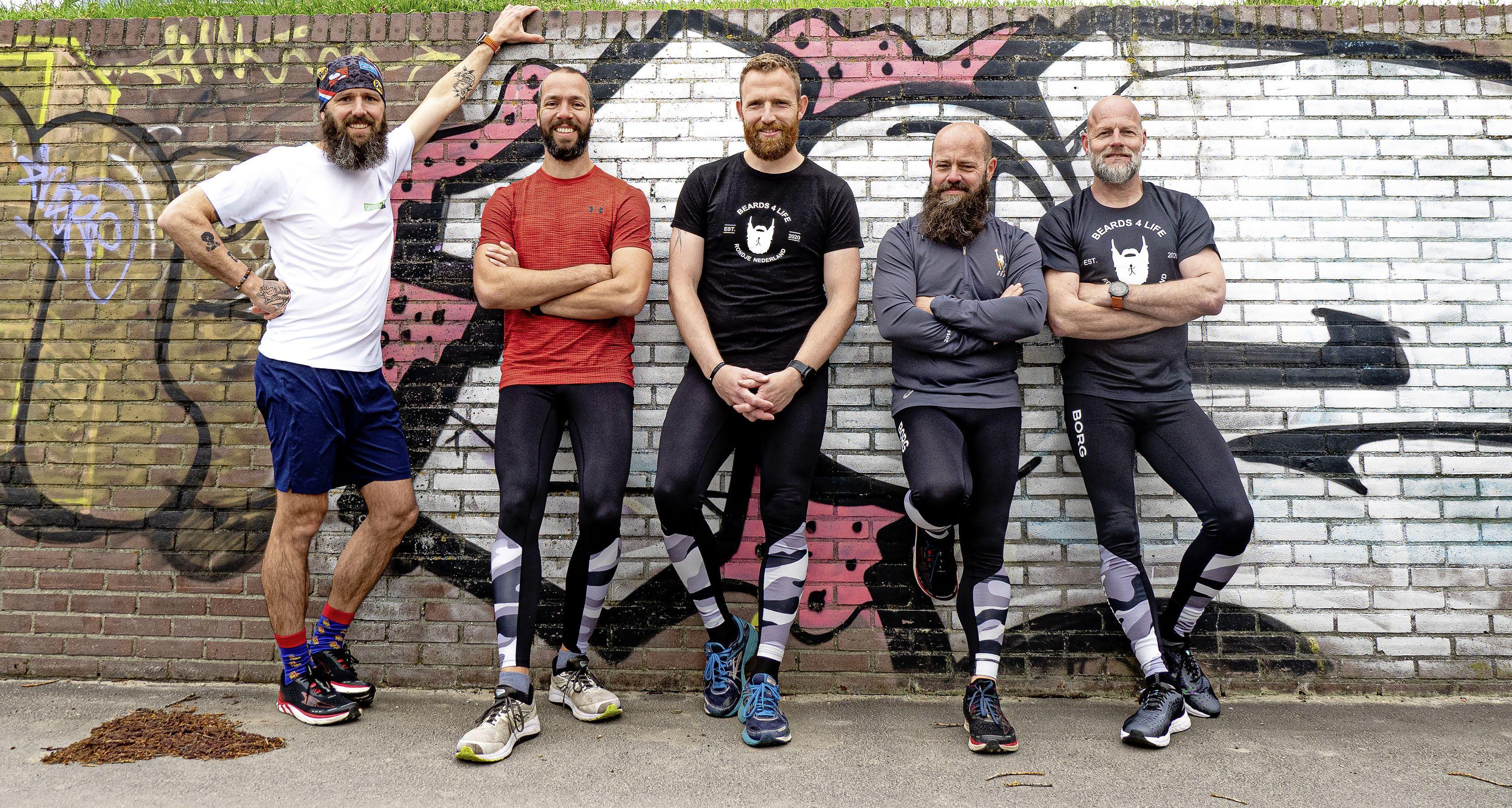 Deze vijf mannen met woeste baarden rennen en fietsen Nederland rond voor het goede doel. 'Het gaat een enorme opgave worden'