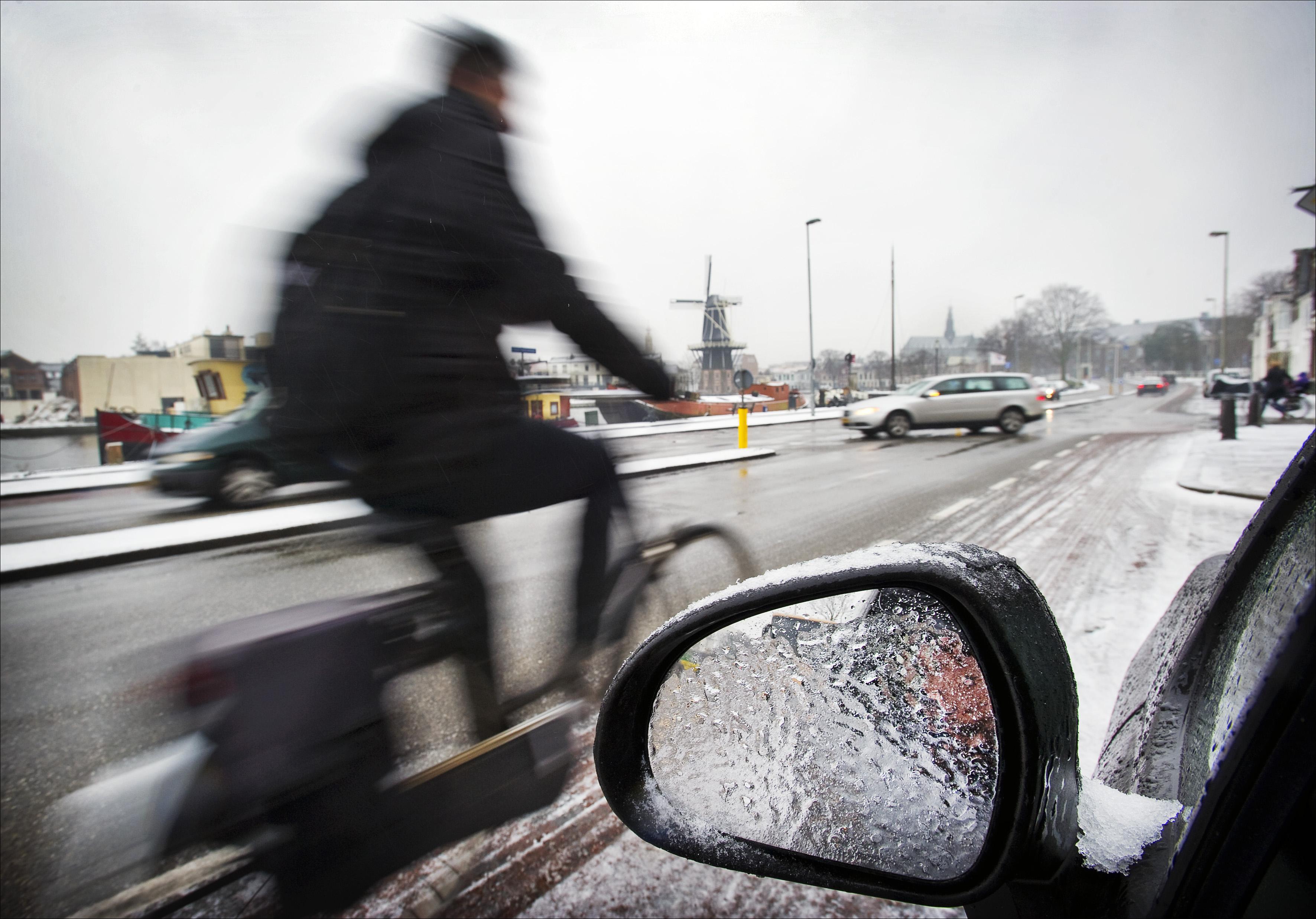 Zoutstrooiers wachten onderzoek schadelijke stoffen af: voorlopig gewoon strooien in Haarlem