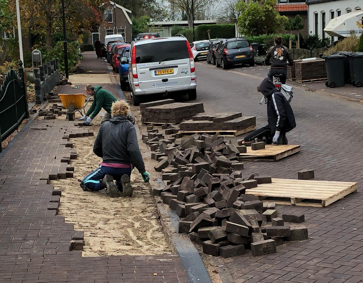 Bestelfoutje voor Weiver in Westzaan irriteert stratenmakers en bewoners