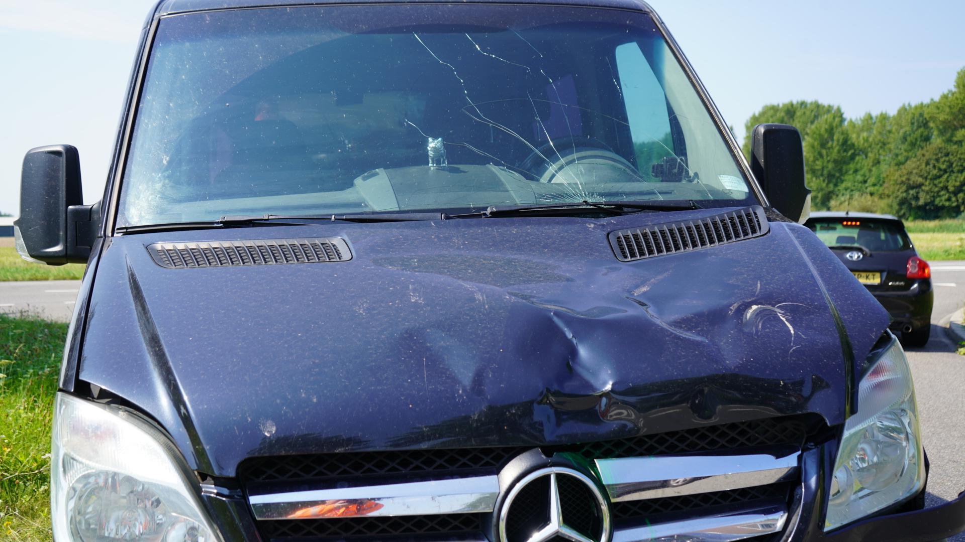 Scooterrijder gewond bij aanrijding met busje in Oudkarspel