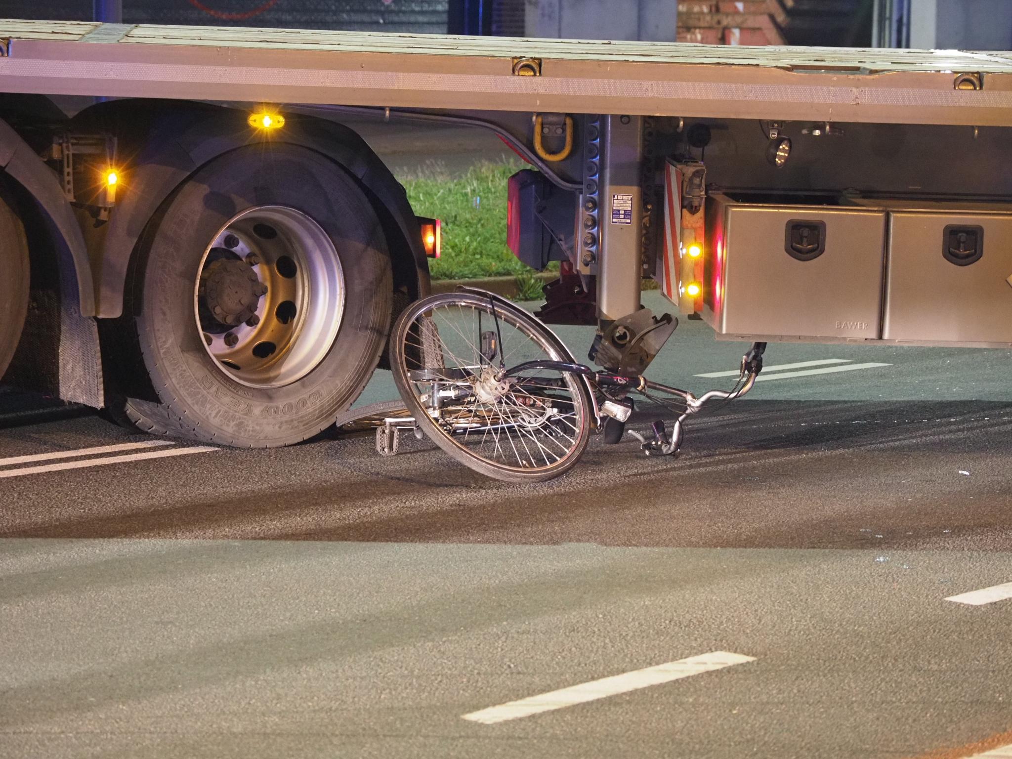 Fietser komt terecht onder vrachtwagentrailer op kruising in IJmuiden